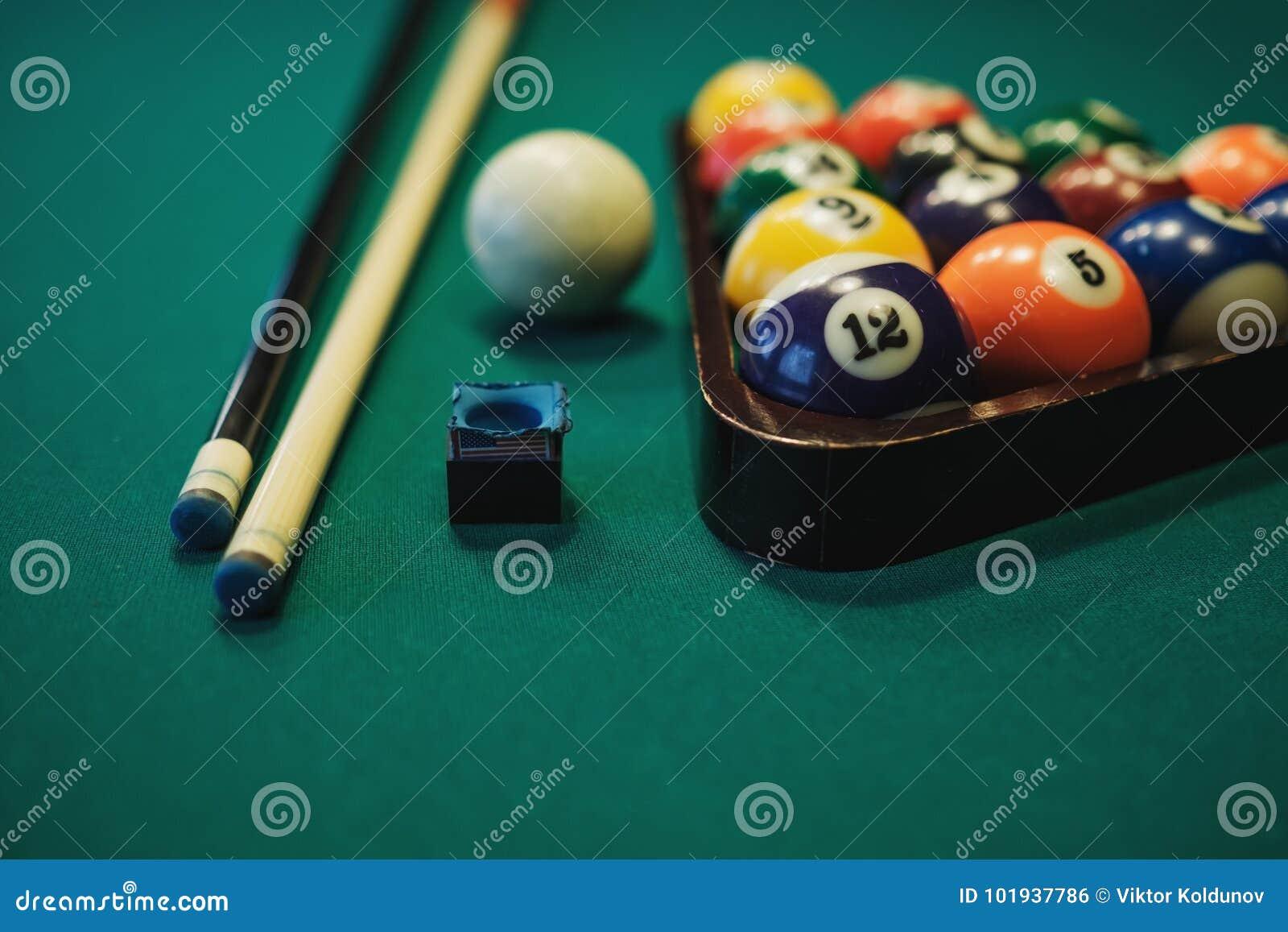 Speel Biljart Biljartballen en richtsnoer op groene biljartlijst Het concept van de biljartsport