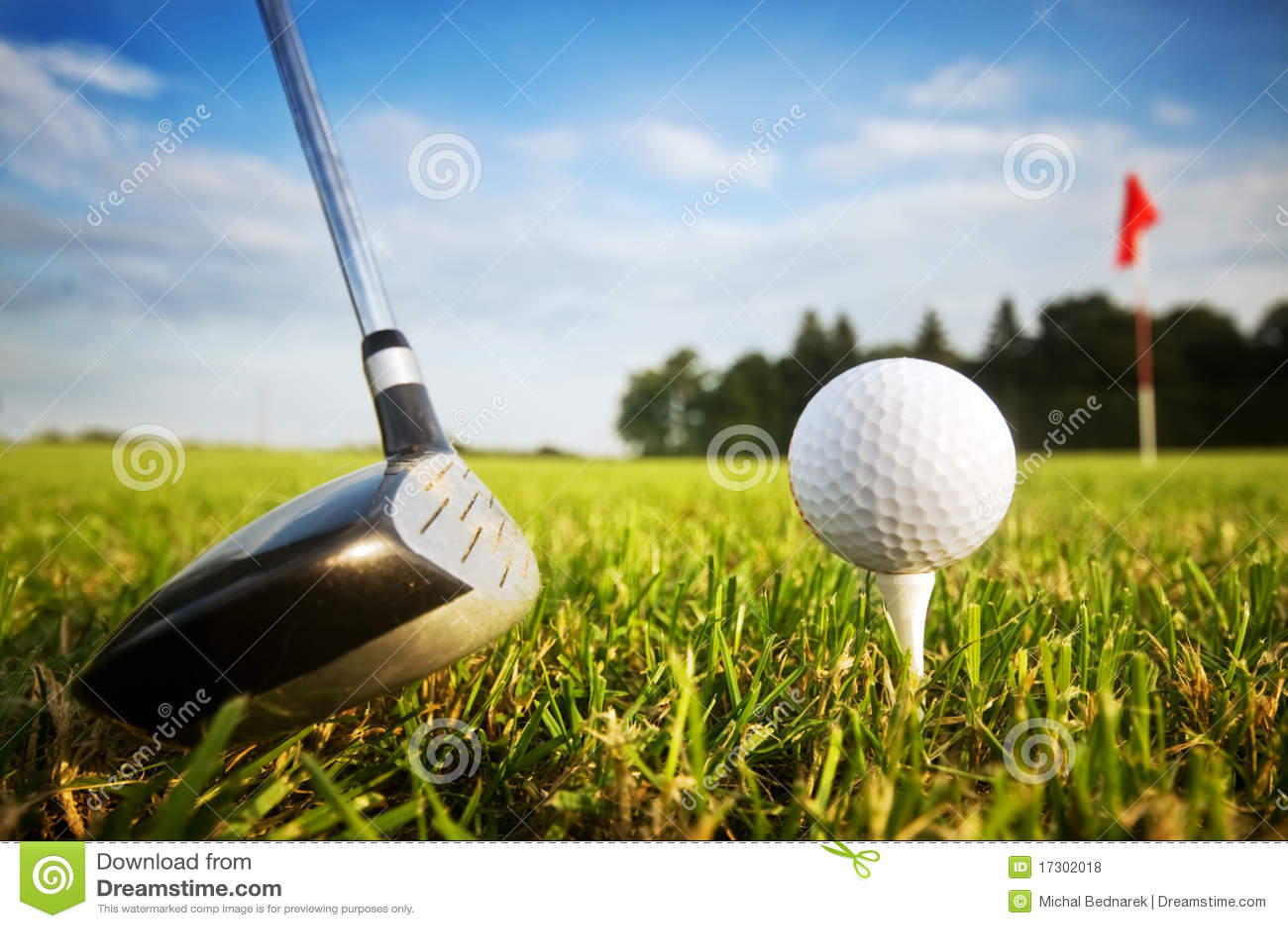 Speel golf. Club en bal op T-stuk