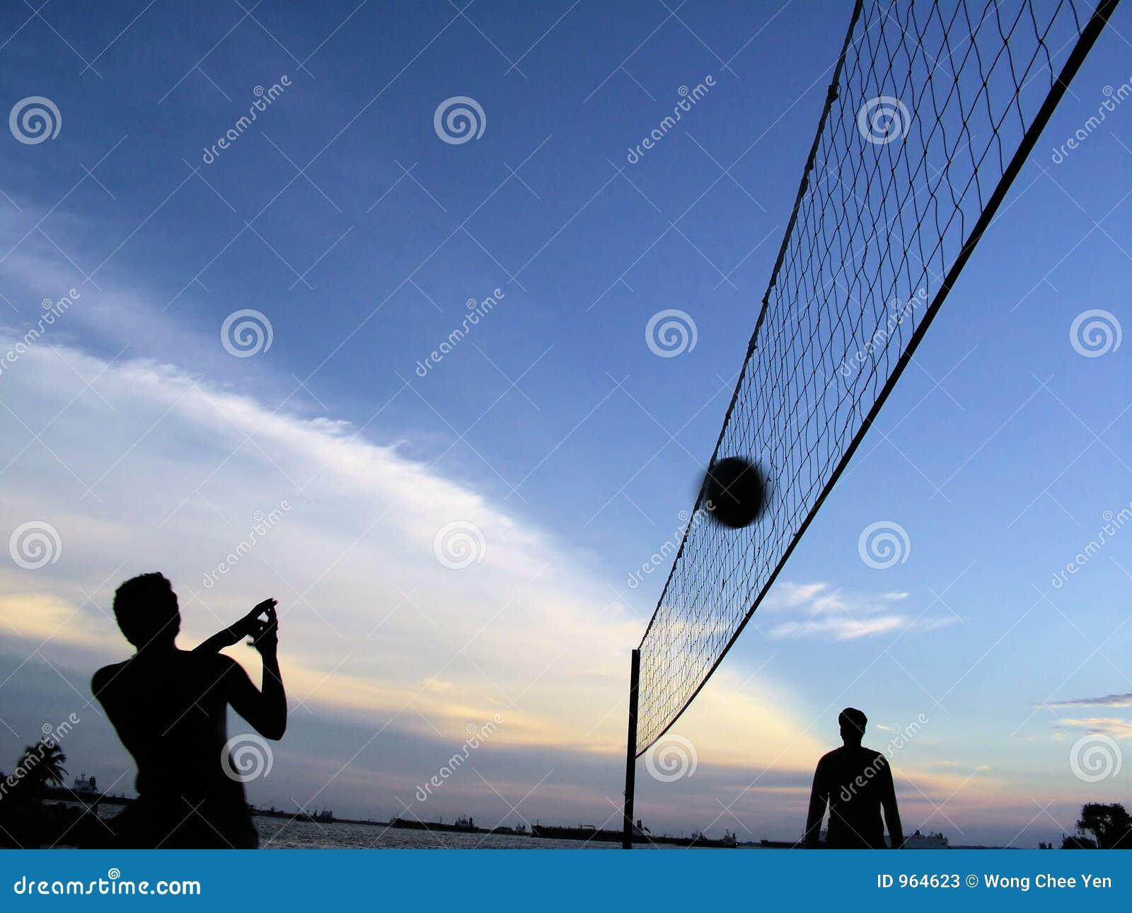 Speel volleyball bij schemer