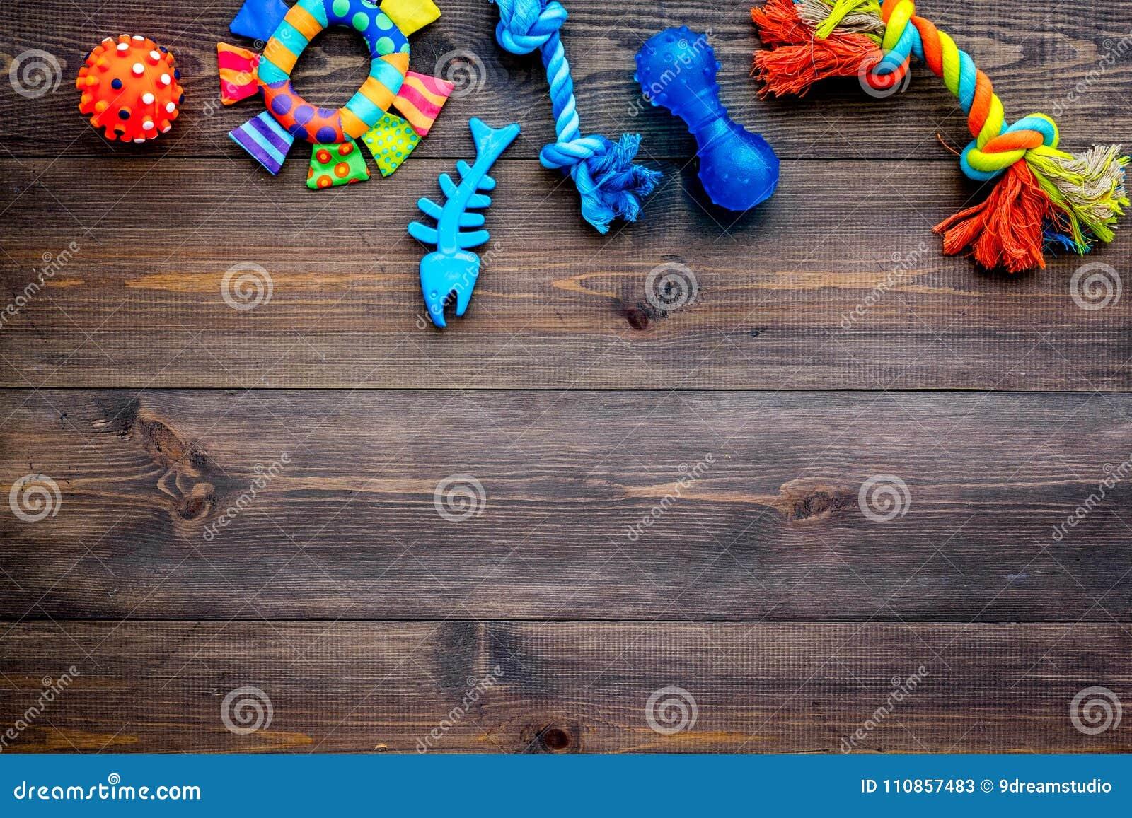 Speelgoed voor huisdierenhond en kat Rubber en textieltoebehoren op de donkere houten ruimte van het achtergrond hoogste meningse