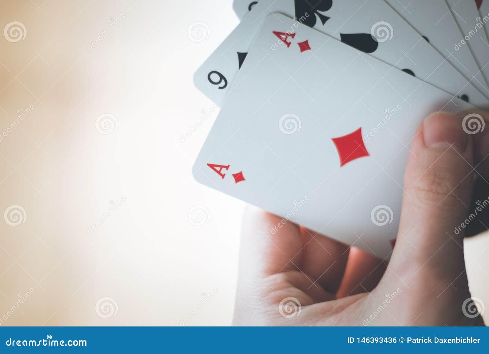 Speelkaarten: Pookkaarten in de hand van een jonge mens