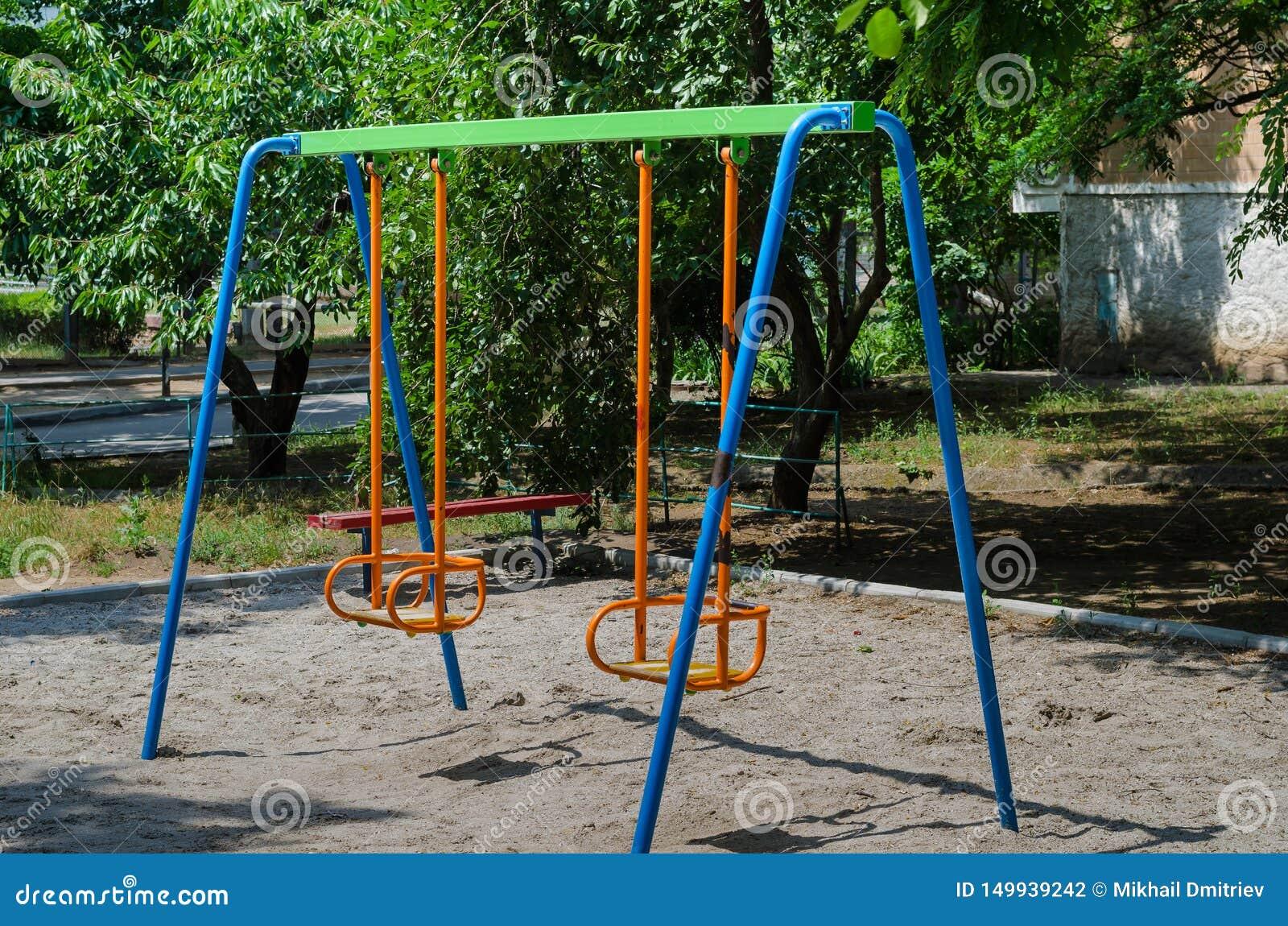 Speelplaats waarop de kinderen een heldere tuimelschakelaar zullen vinden Vele heldere kleuren maken haar blij en aantrekkelijk,