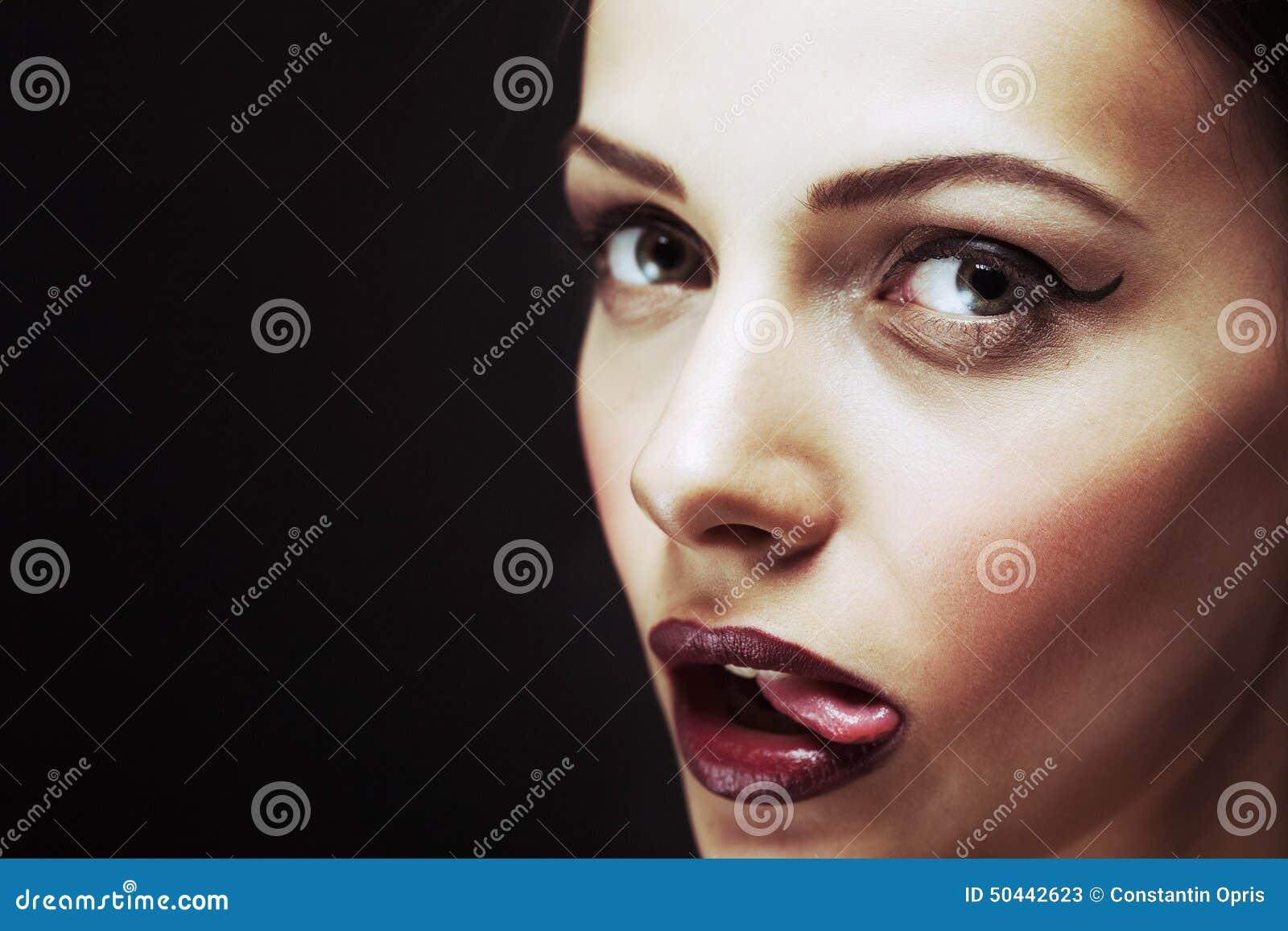 Speelse sexy vrouw