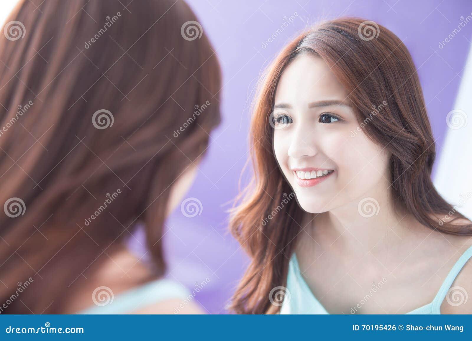 Spegel för leendekvinnablick