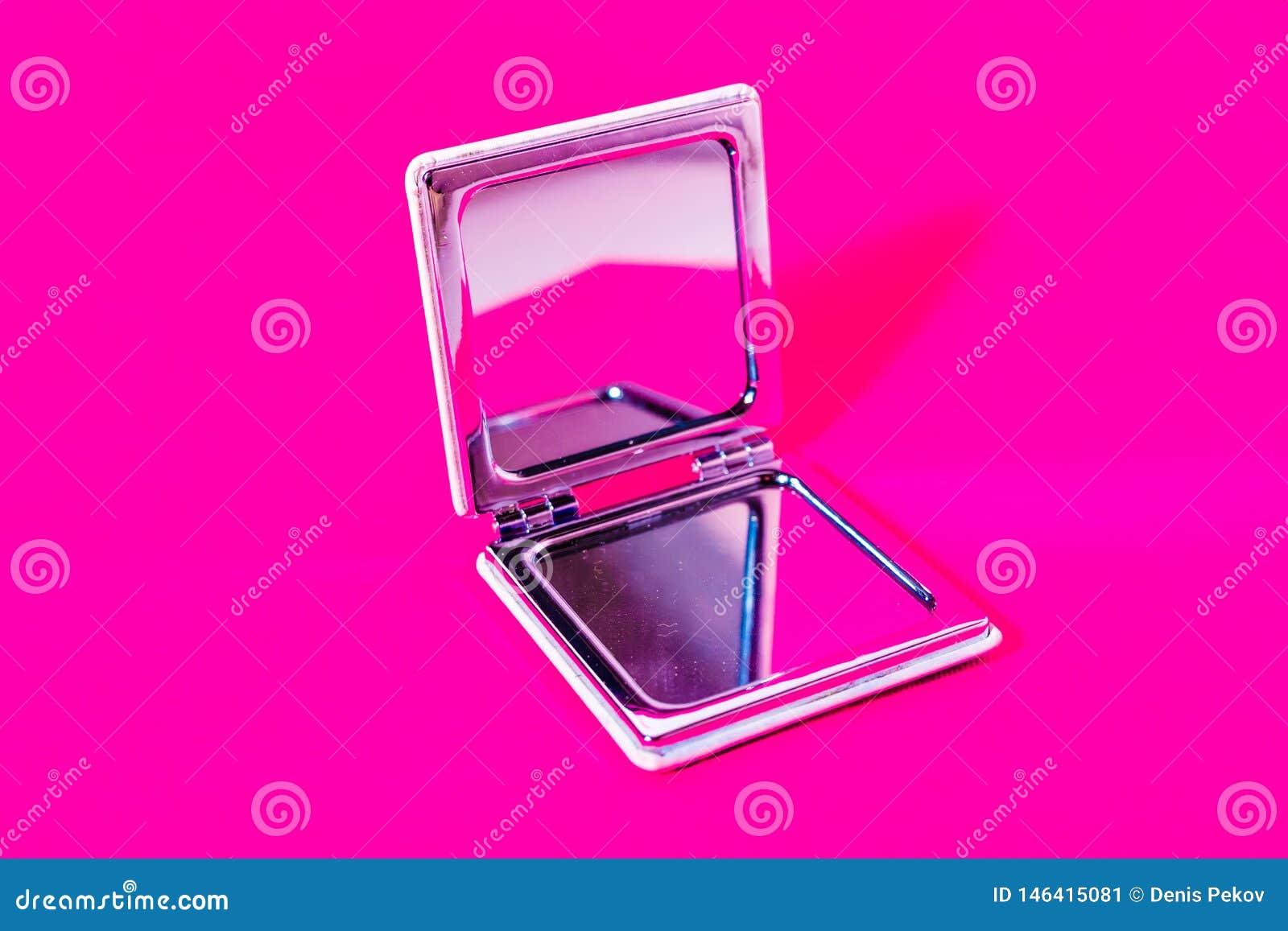 Spegel på magentafärgad bakgrund