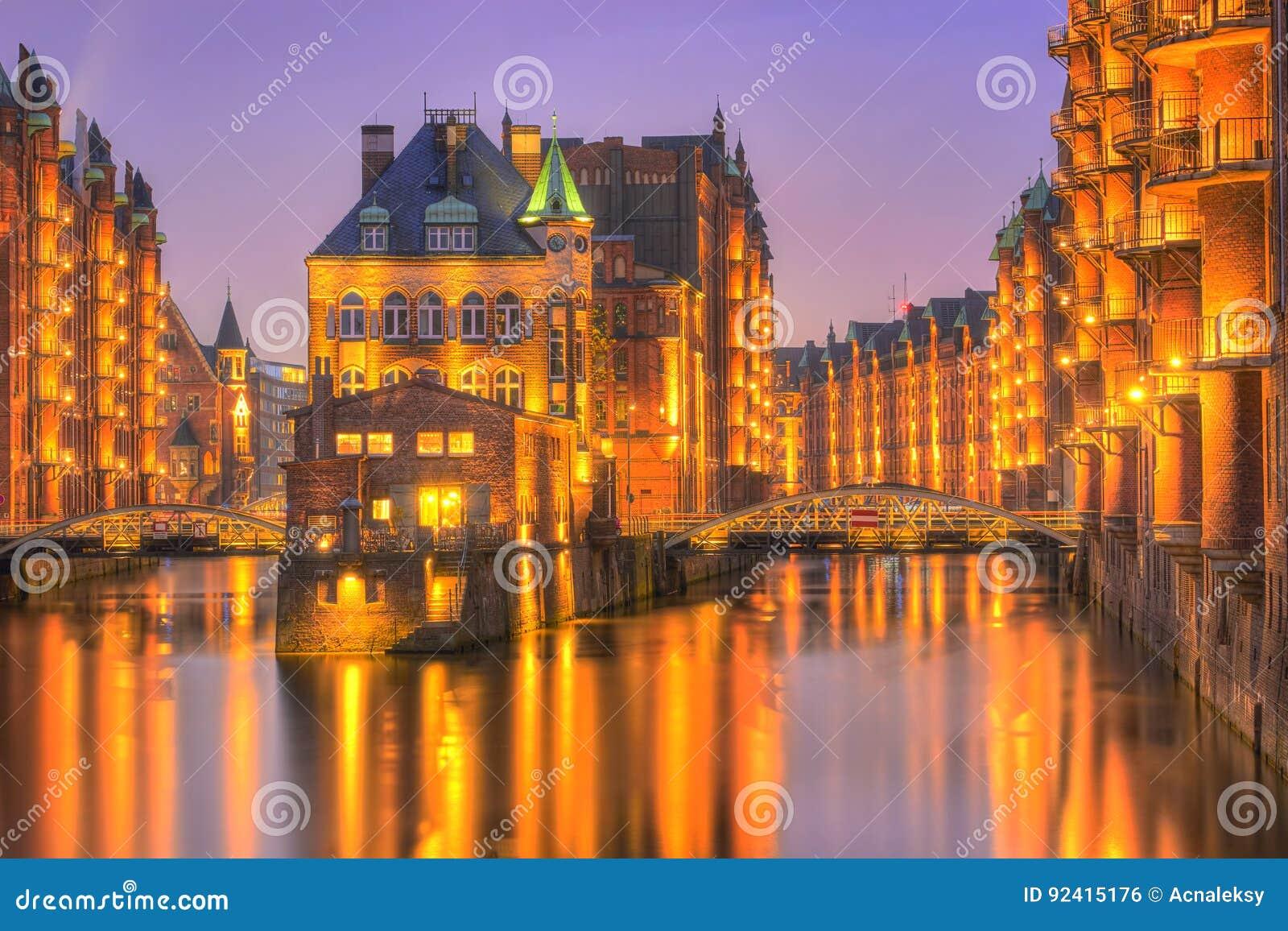Speicherstadt histórico, castillo del agua en la tarde en Hamburgo,