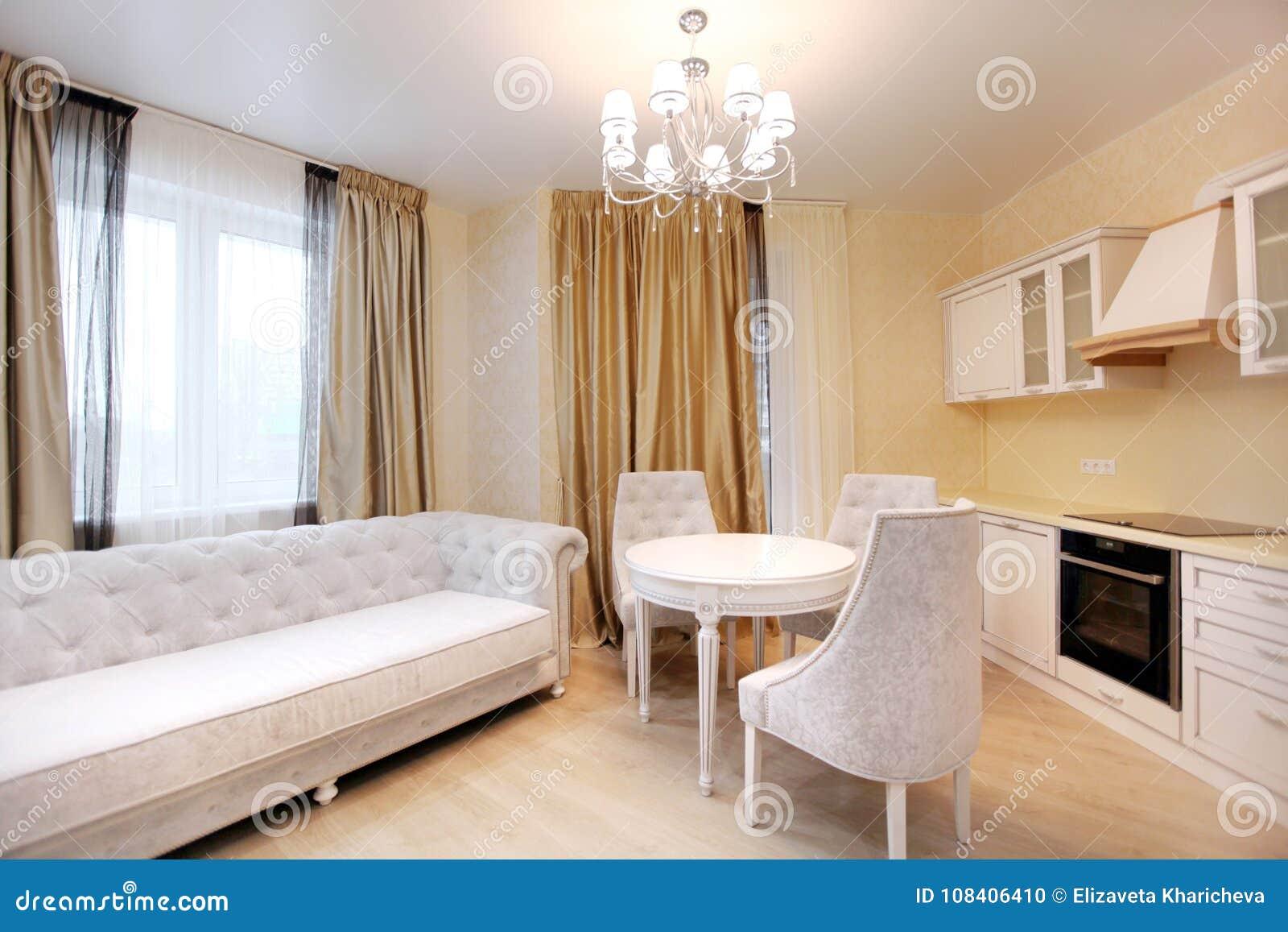 Speiseraum Mit Sofa Weiße Küche In Der Beige Farbe Stockfoto ...