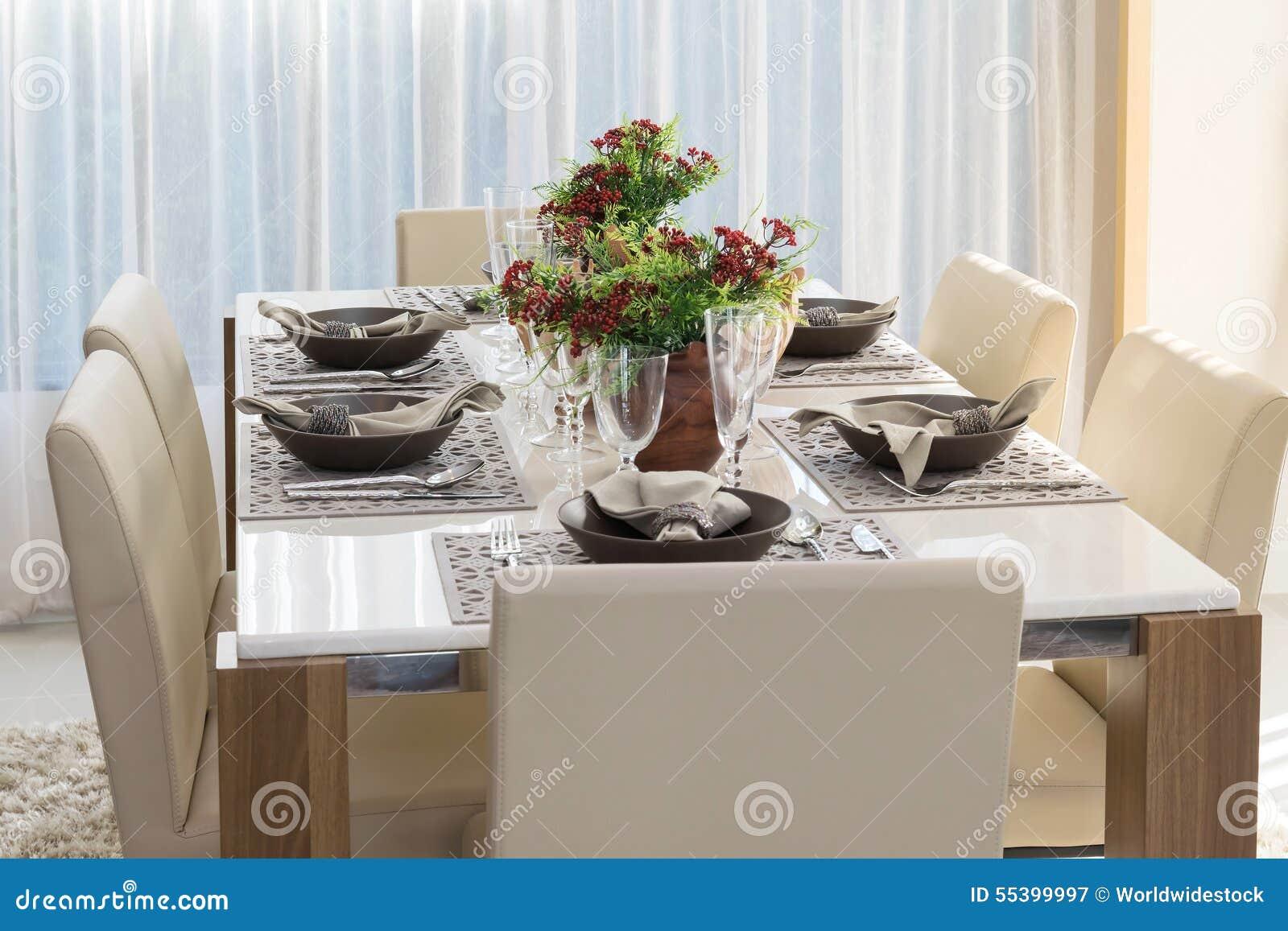 Speisetisch Und Bequeme Stühle Im Modernen Haus
