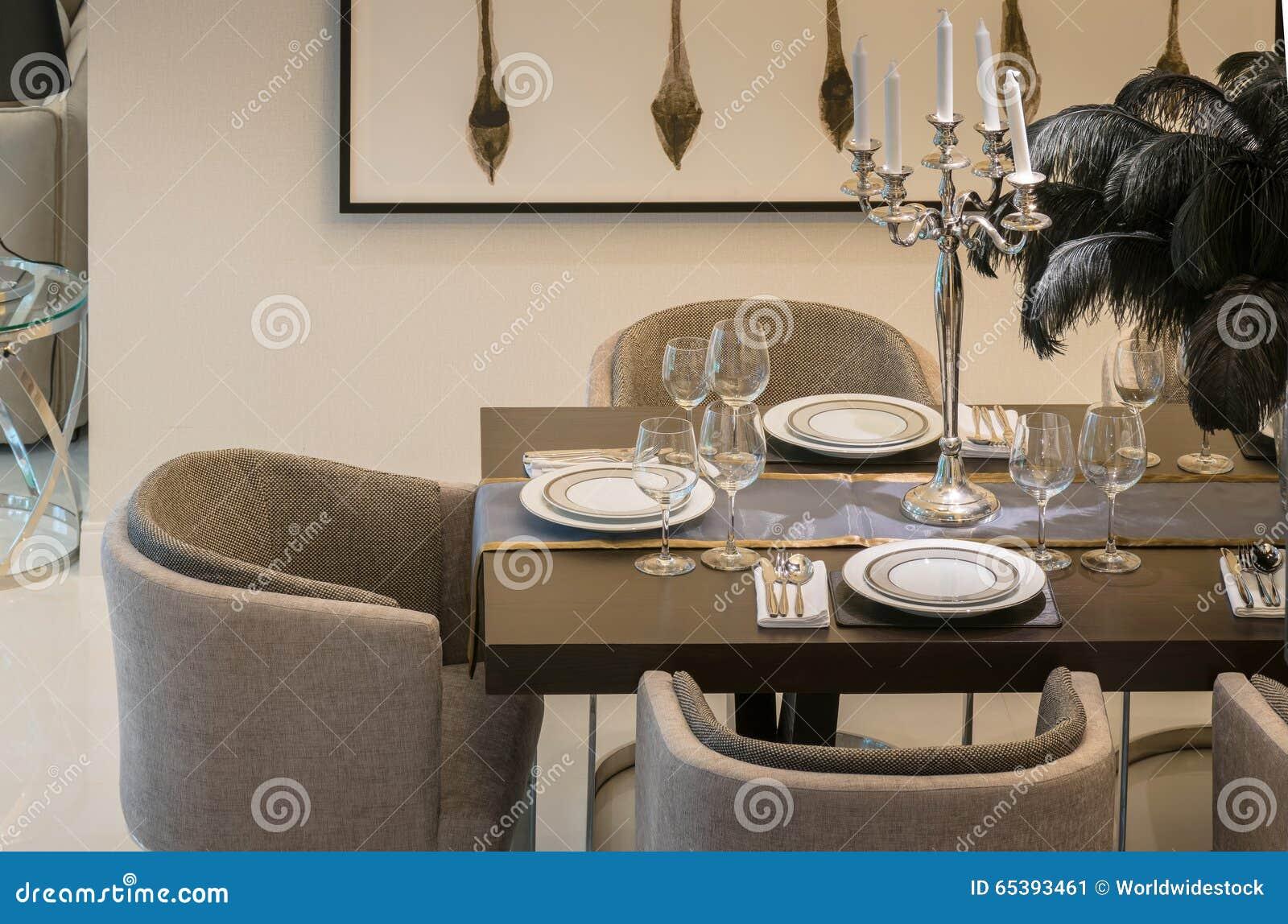 Download Speisetisch Und Bequeme Stühle Im Modernen Haus Stockbild   Bild  Von Teller, Gabeln: