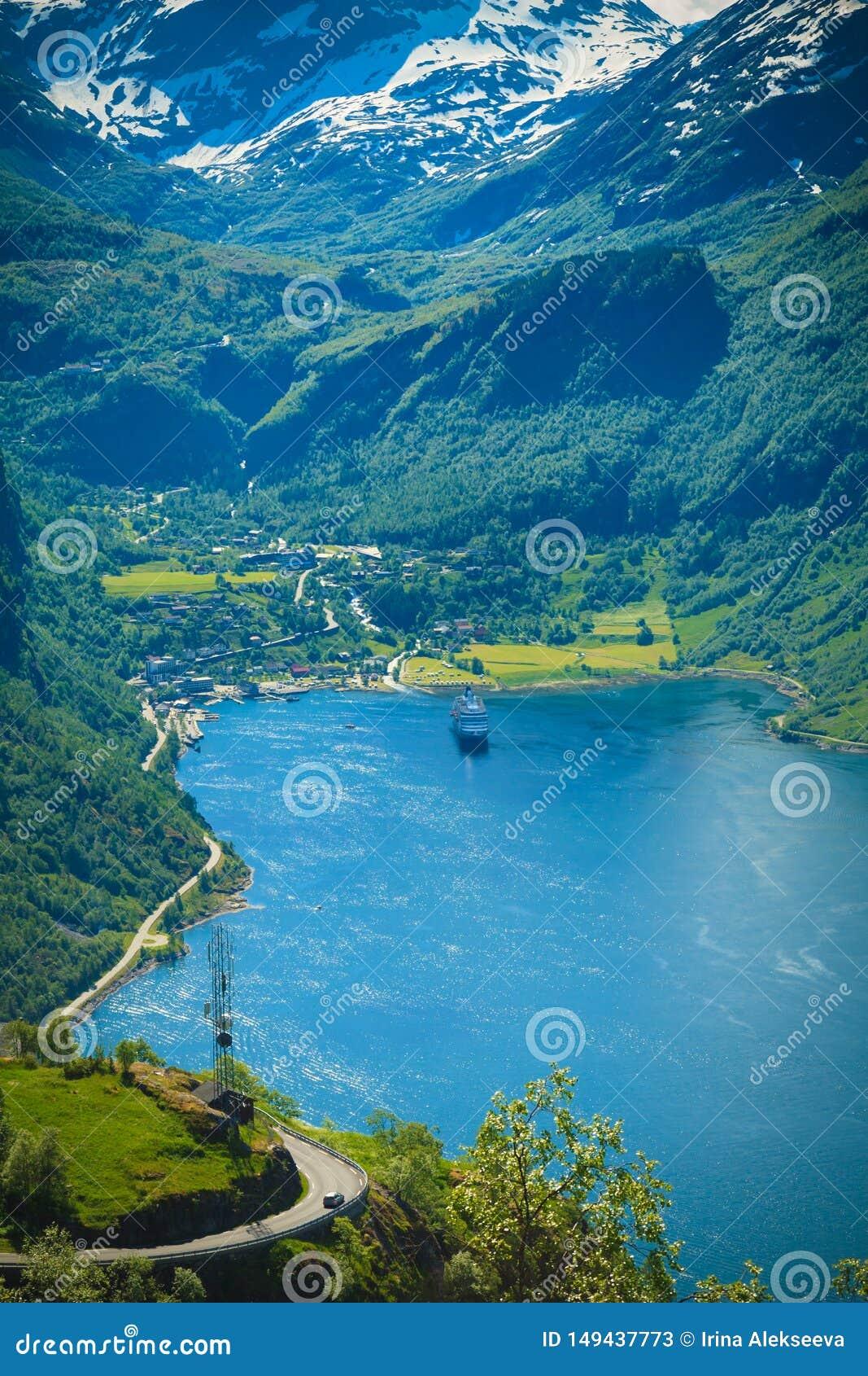 Spektakulär sikt av den Geiranger fjorden i Norge