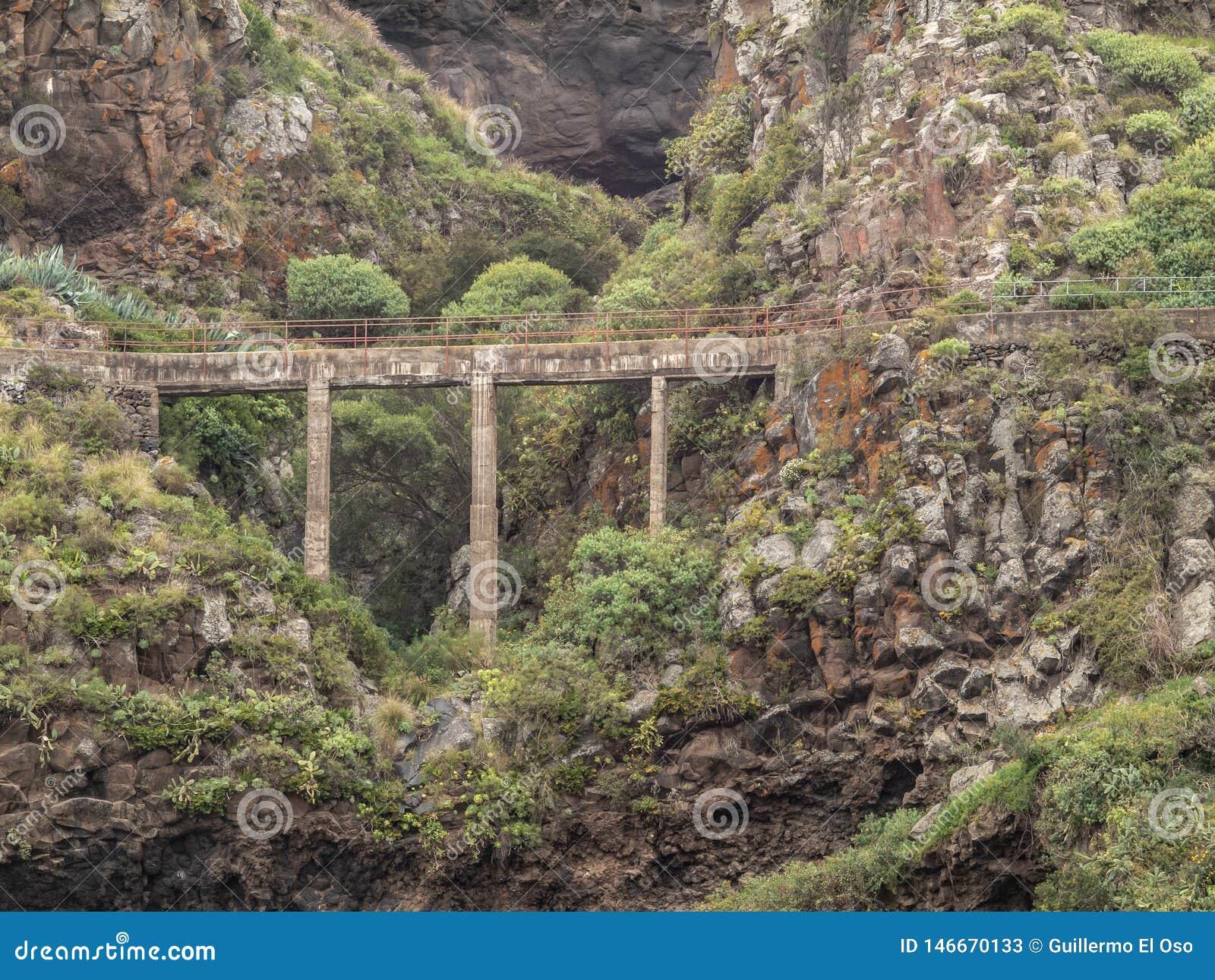 Spektakulär sikt av en bro över en barrancoen tenerife