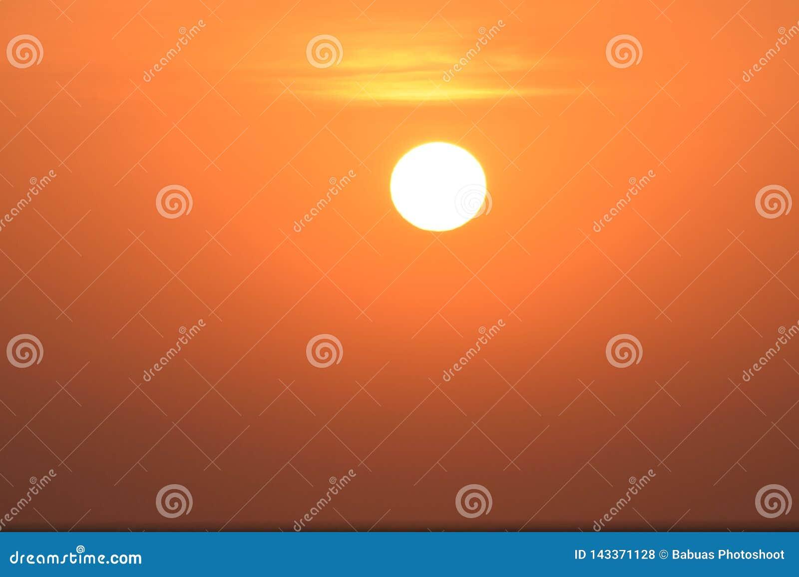 Spektakulär sikt av resningsolen som klättrar himlen efter soluppgång