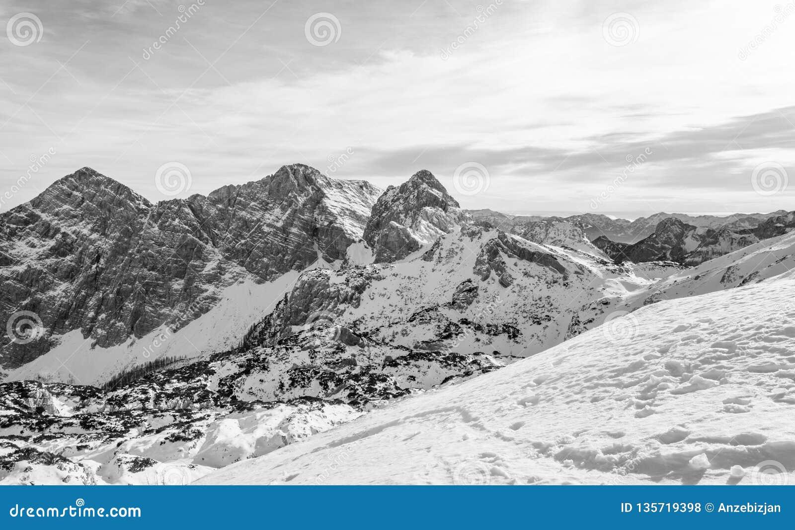 Spektakulär vinterbergpanorama med maxima som täckas med tidig snö
