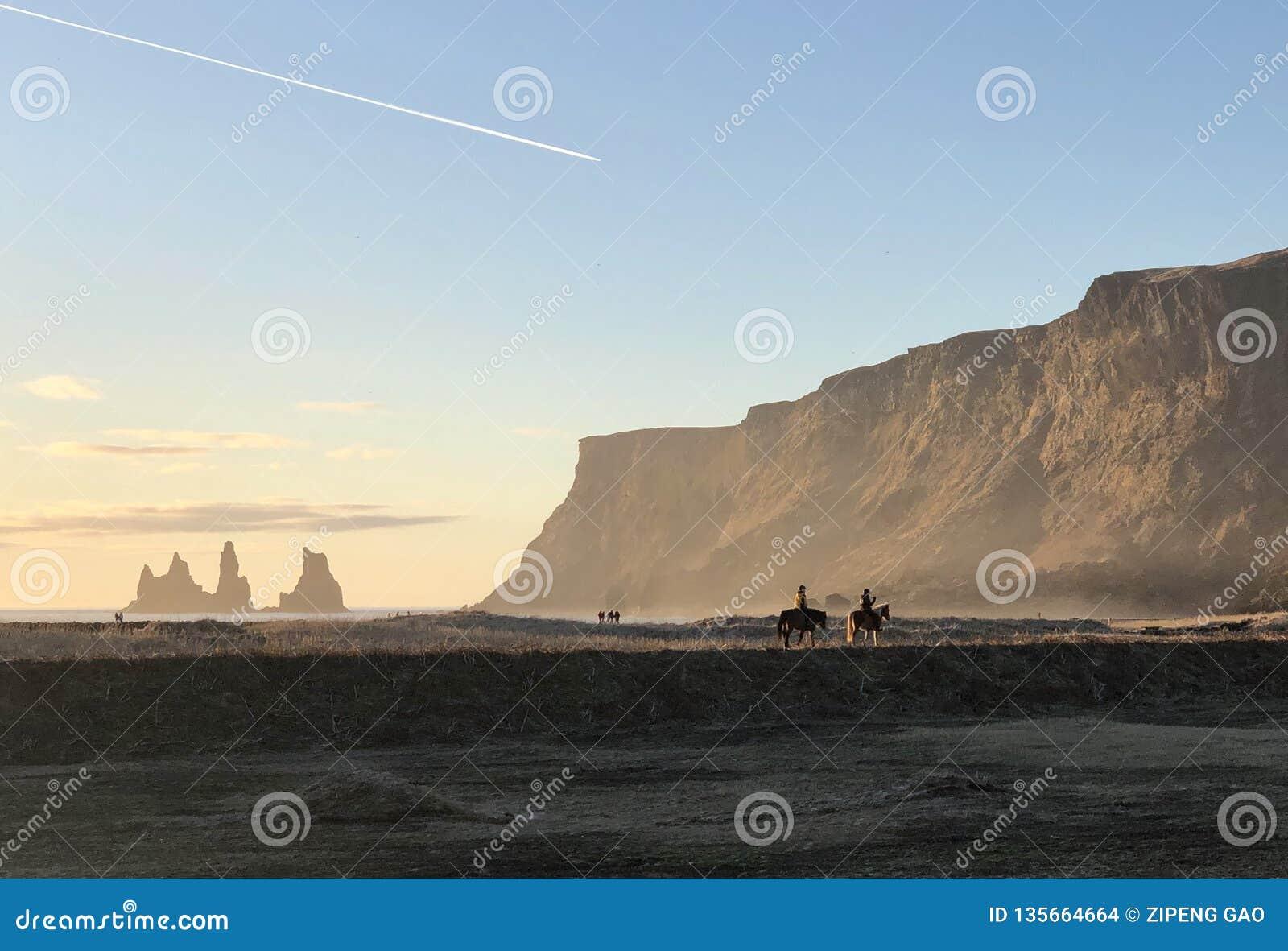 Spektakulära sikter av de svarta sandstränderna av Island
