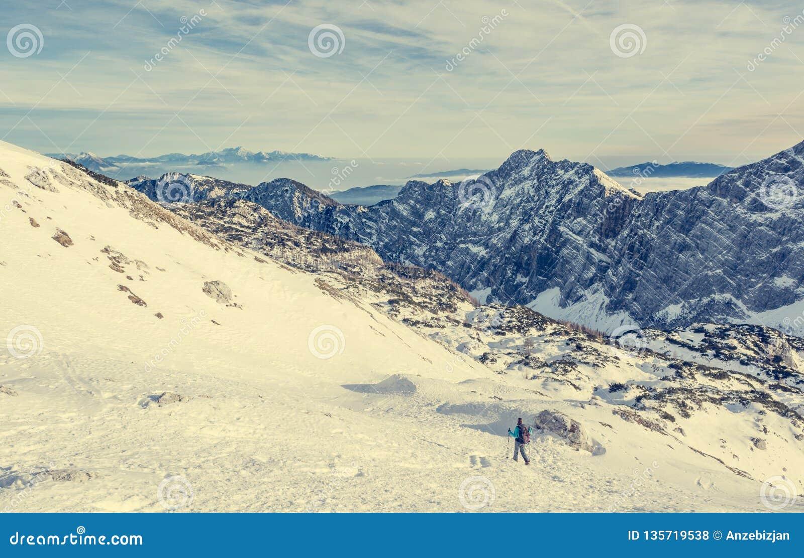 Spektakularnej zimy halna panorama z szczytami zakrywającymi z wczesnym śniegiem