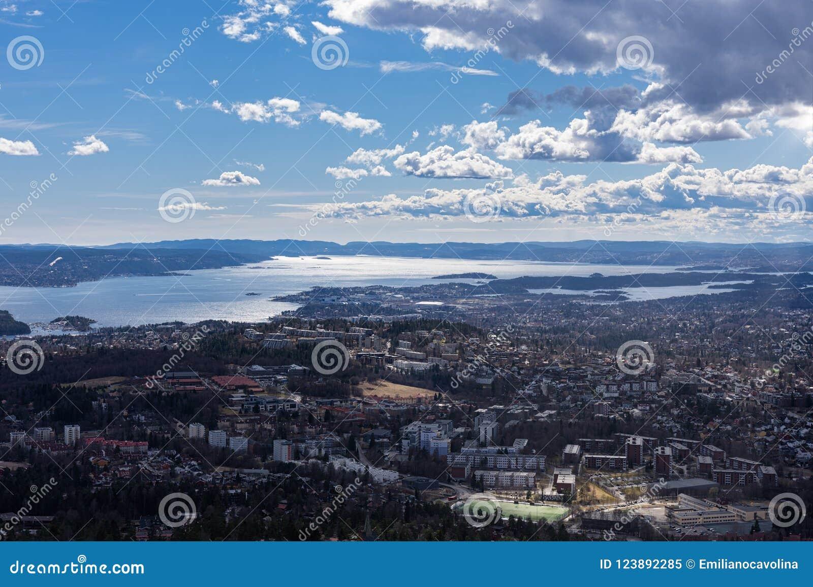 Spektakularny panoramiczny widok widzieć od Holmenkollen Oslo