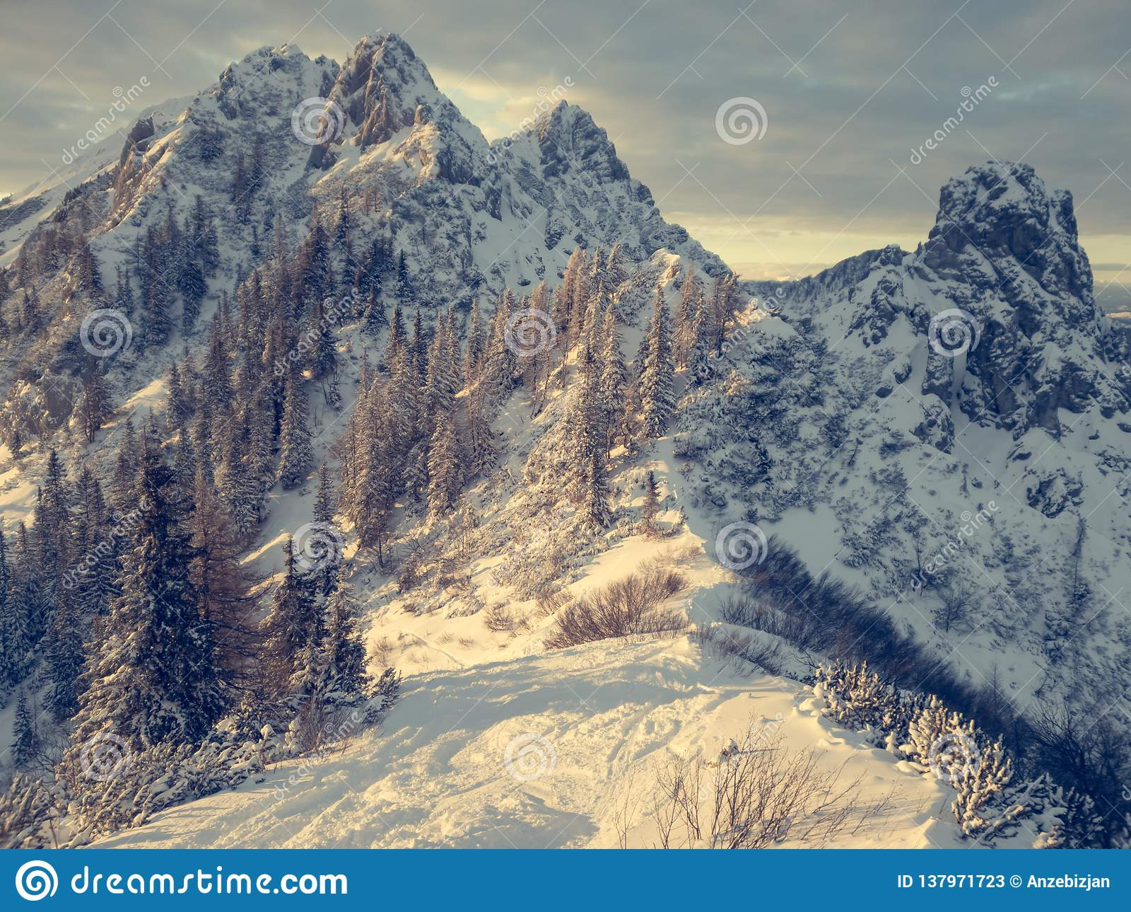 Spektakularny zimy góry krajobraz iluminujący położenia słońcem
