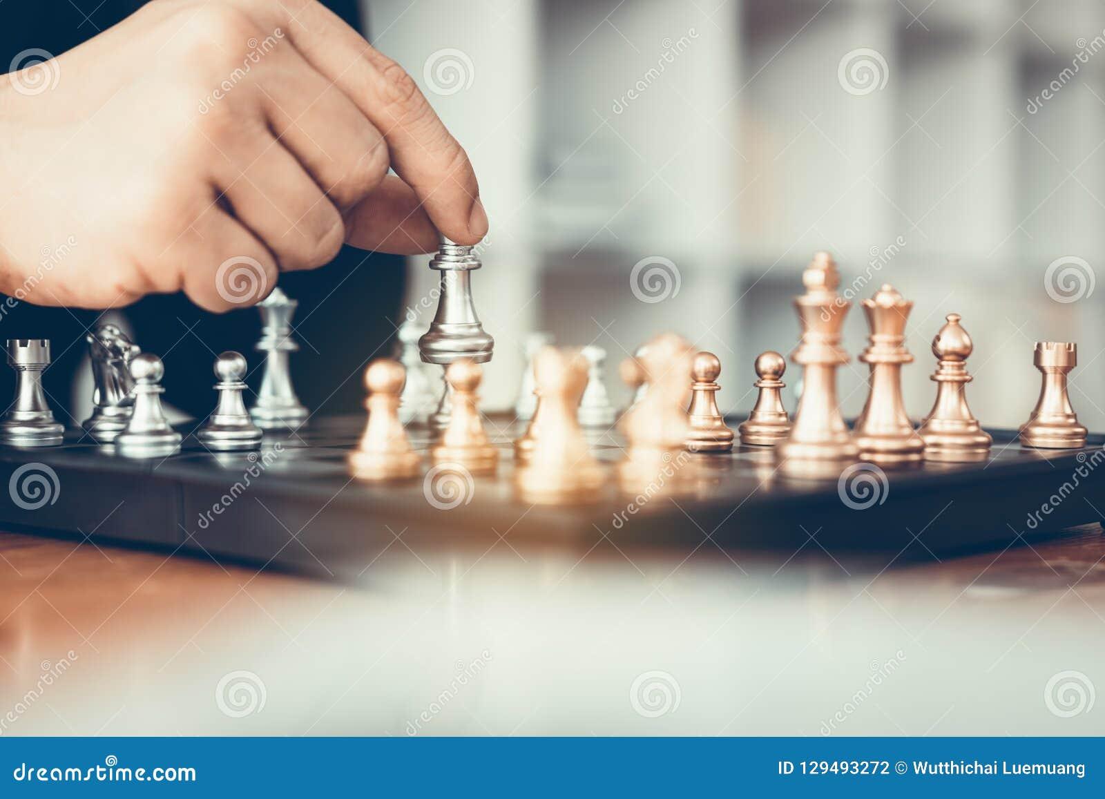 Spel van het zakenman sloeg het speelschaak tegenstander met strategieconce