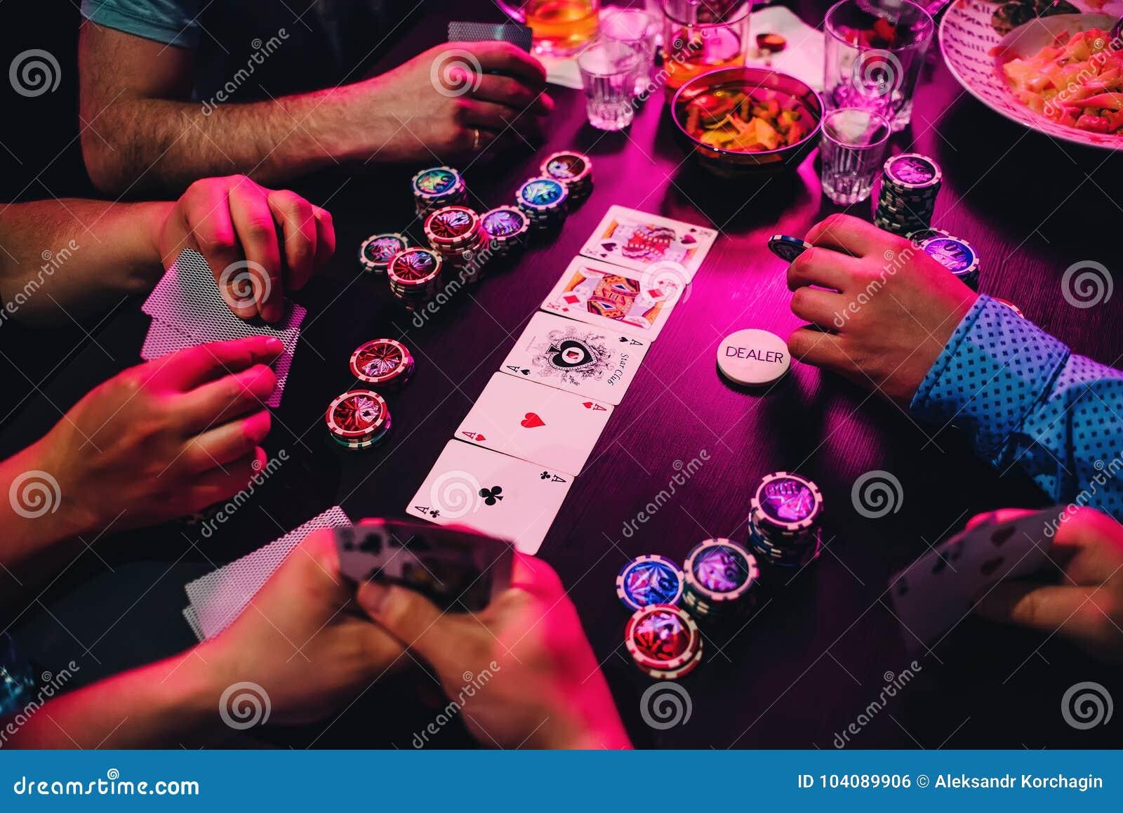 Spel van pookkaarten en spaanders op de lijst met de handen van de spelers