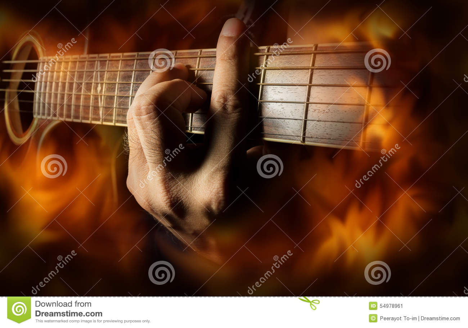 Spela den akustiska gitarren med brandflammaskärmen