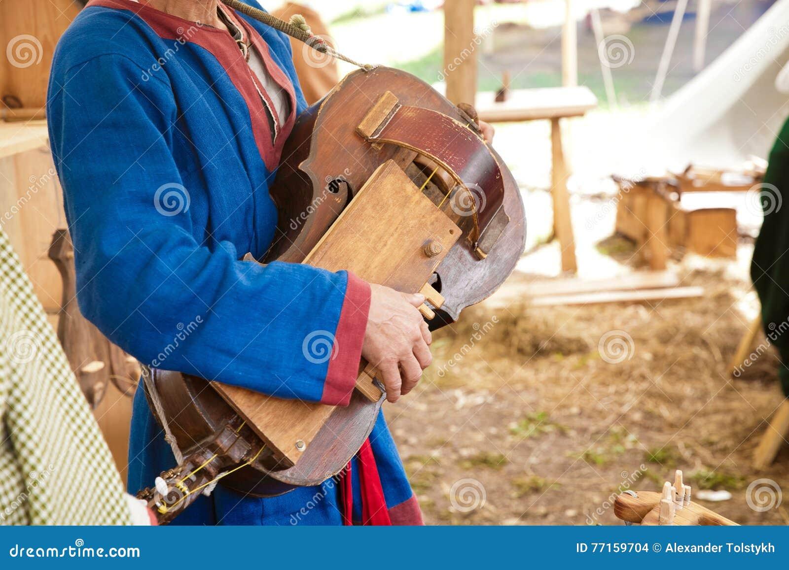 Spela den forntida stränginstrumenten