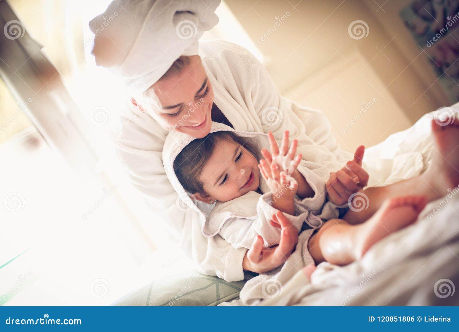 Spela efter bad Fostra och dottern
