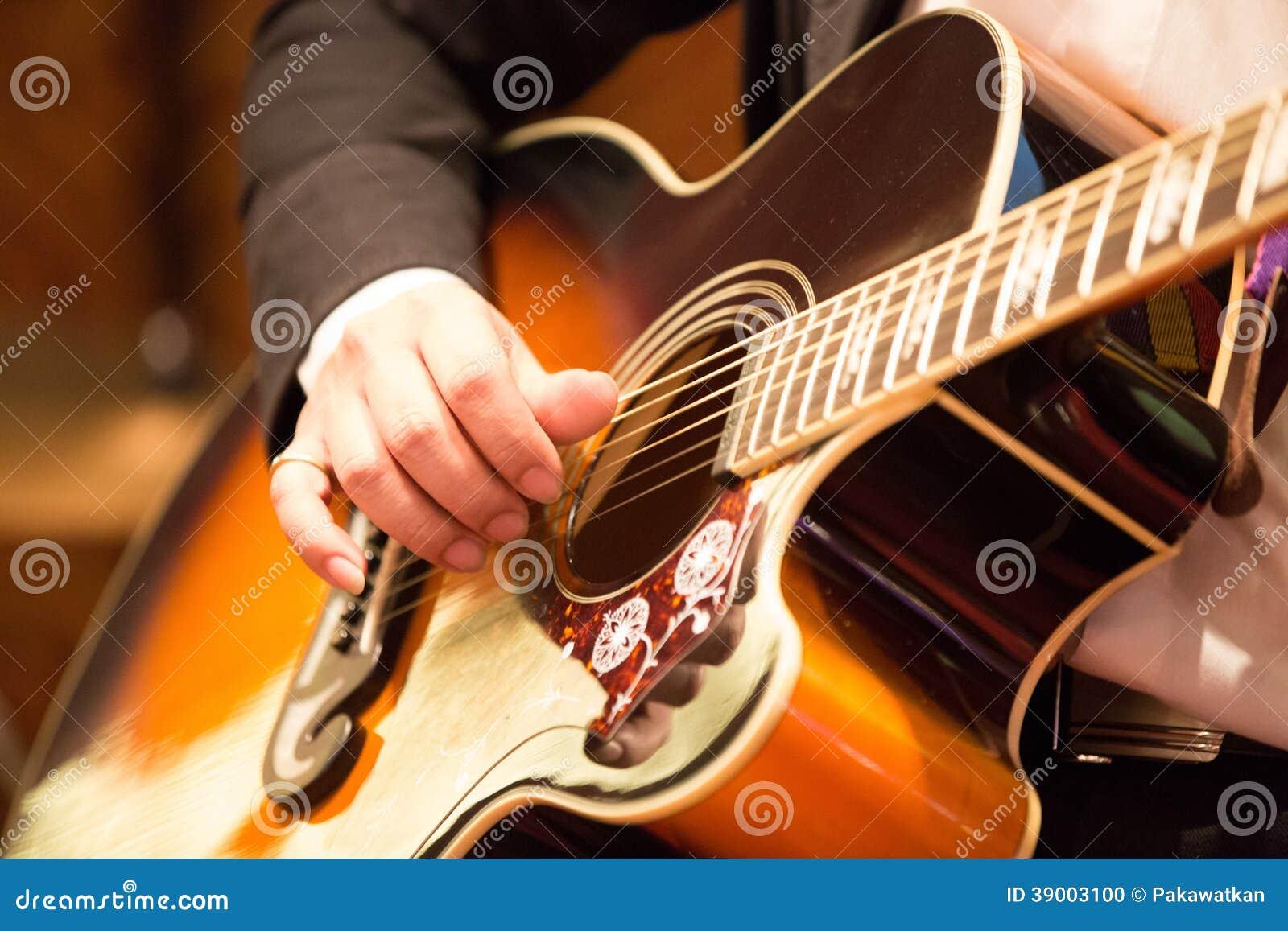 Spela för gitarrist för akustisk gitarr.