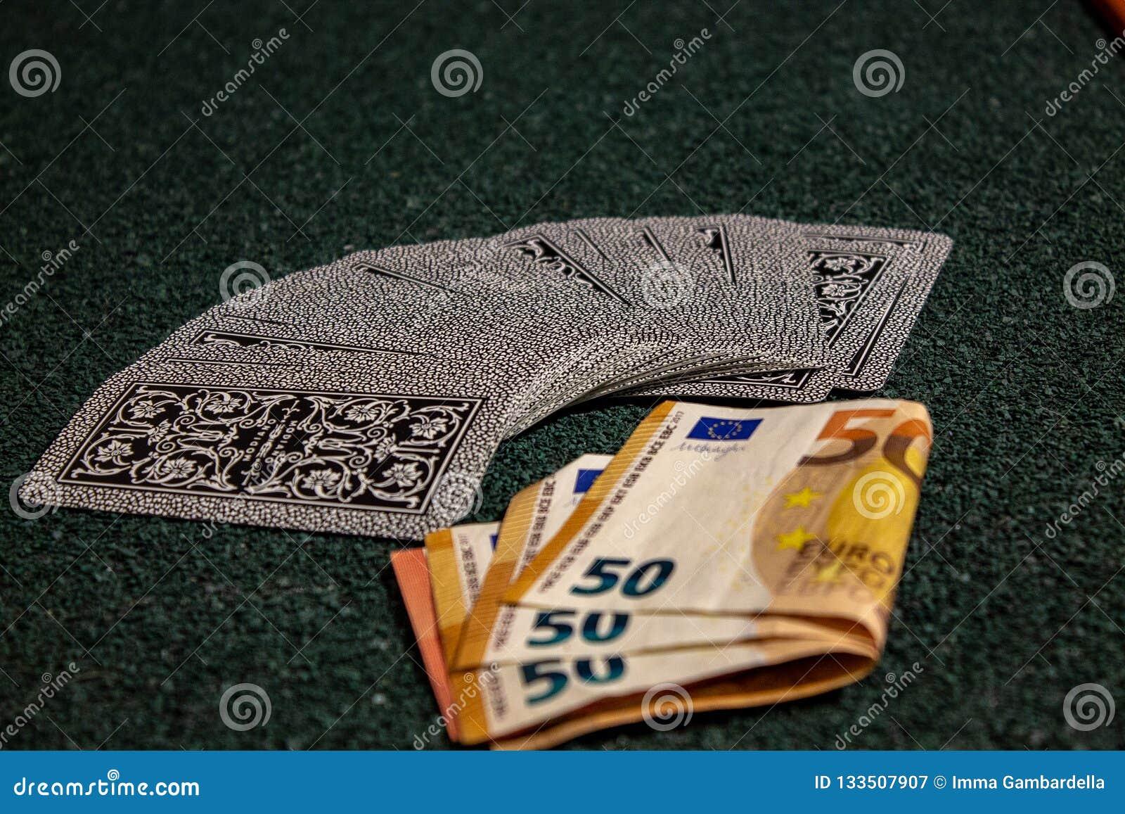 Spela med kort, pengar eller enkelt kortspelet, när familjen återförenas
