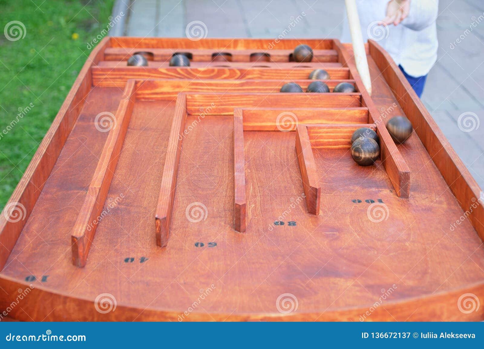 Spela metallbollar på tabellen