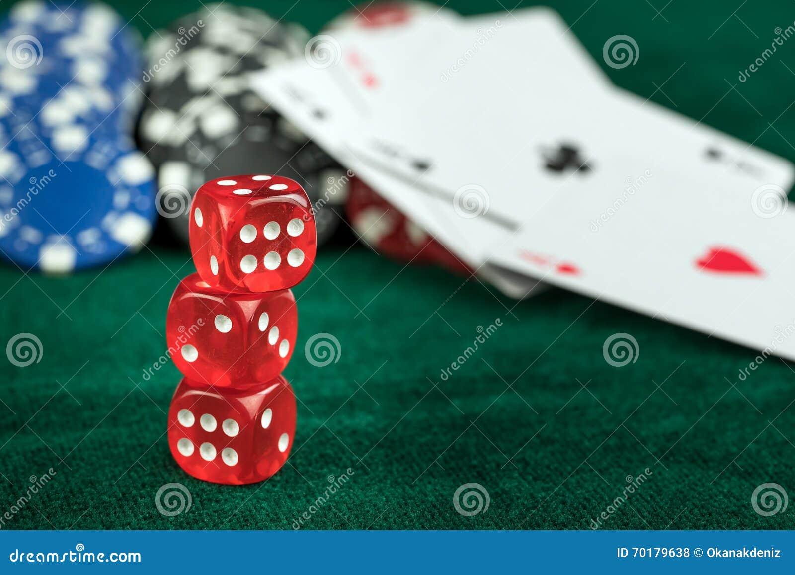 Spela röda tärningpokerkort och pengarchiper