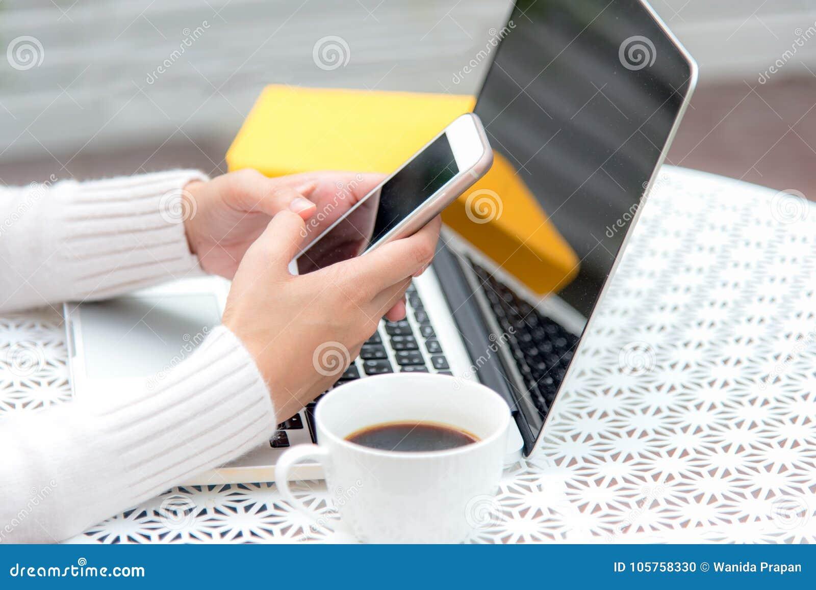 Spelar övre handkvinnor för slut till salu online- för smart telefon Avslappnande arbetsutrymme kyler ut arbete för kontor och pl
