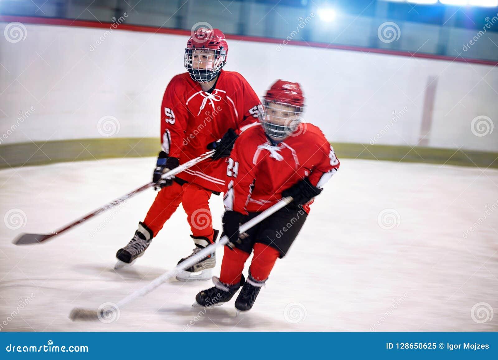 Spelare för hockeyungdompojkar på is