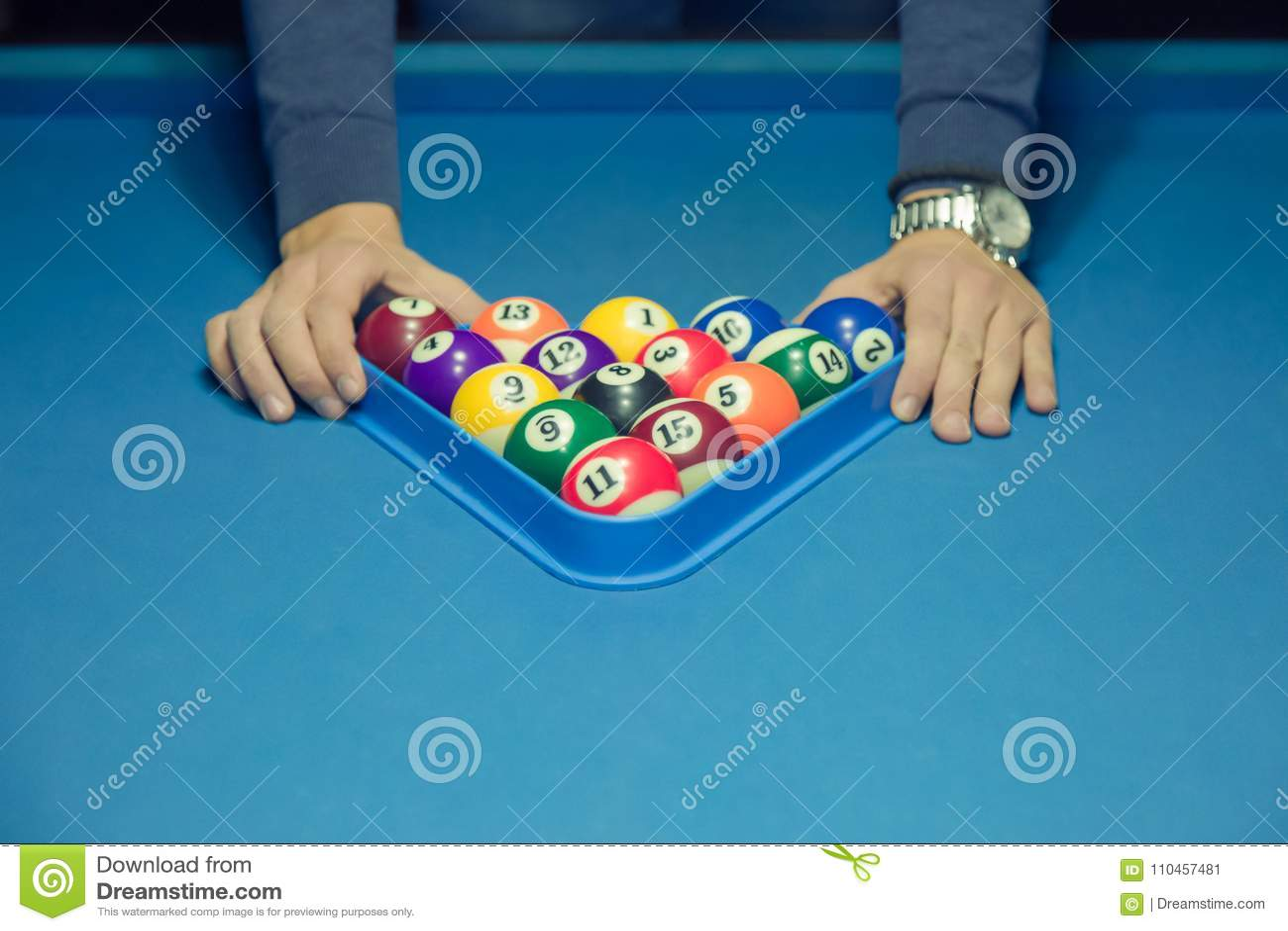 Spelare som använder triangeln till att förbereda bollarna för den nästa leken