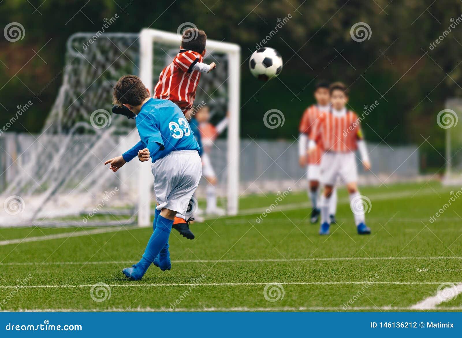 Spelarekors en fotbollfotbollboll Pojkar som spelar fotbollleken på stadiongraden