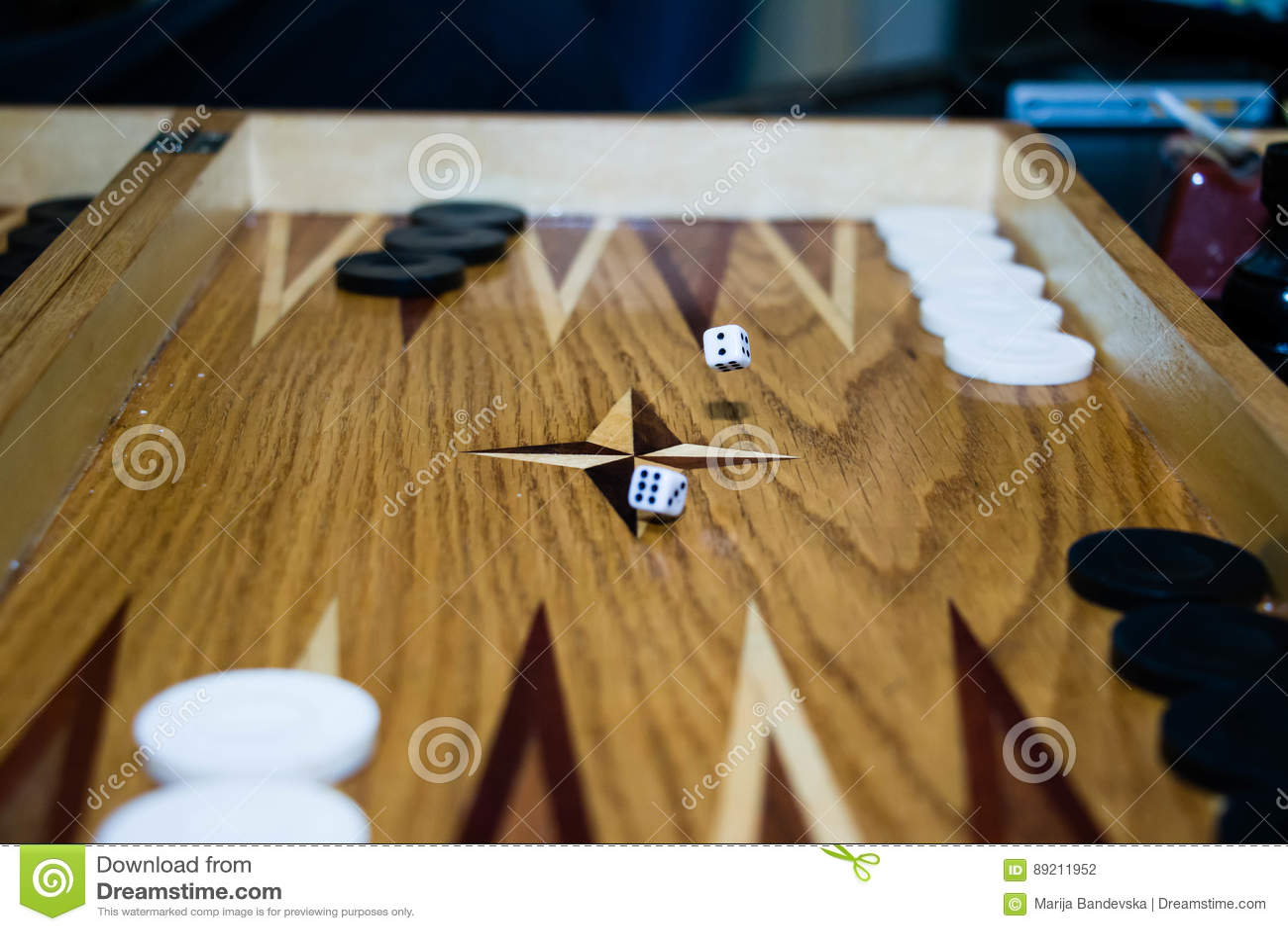 Spelgebied in een backgammon met kubussen en tellers