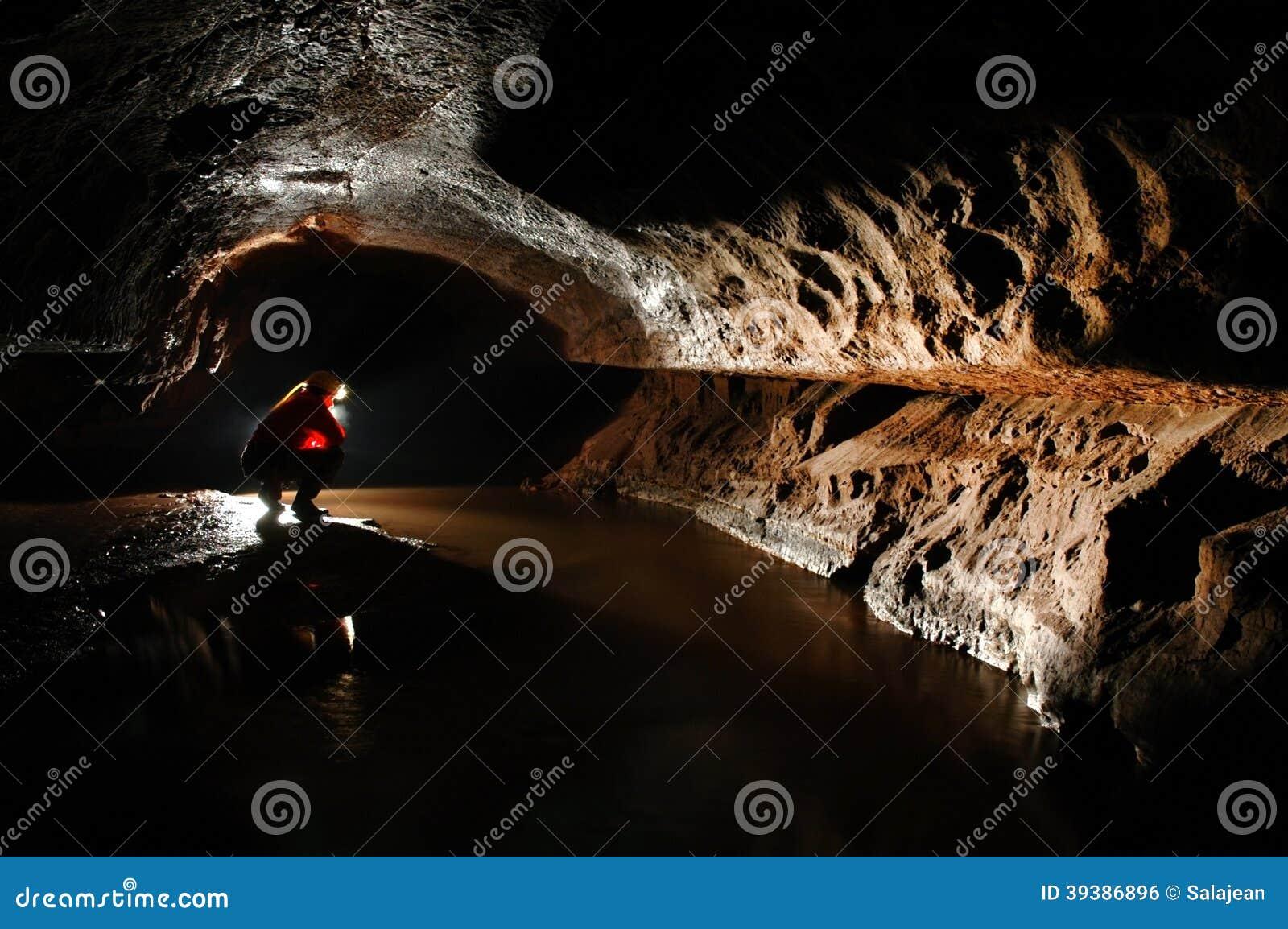 Spelunker que explora a caverna