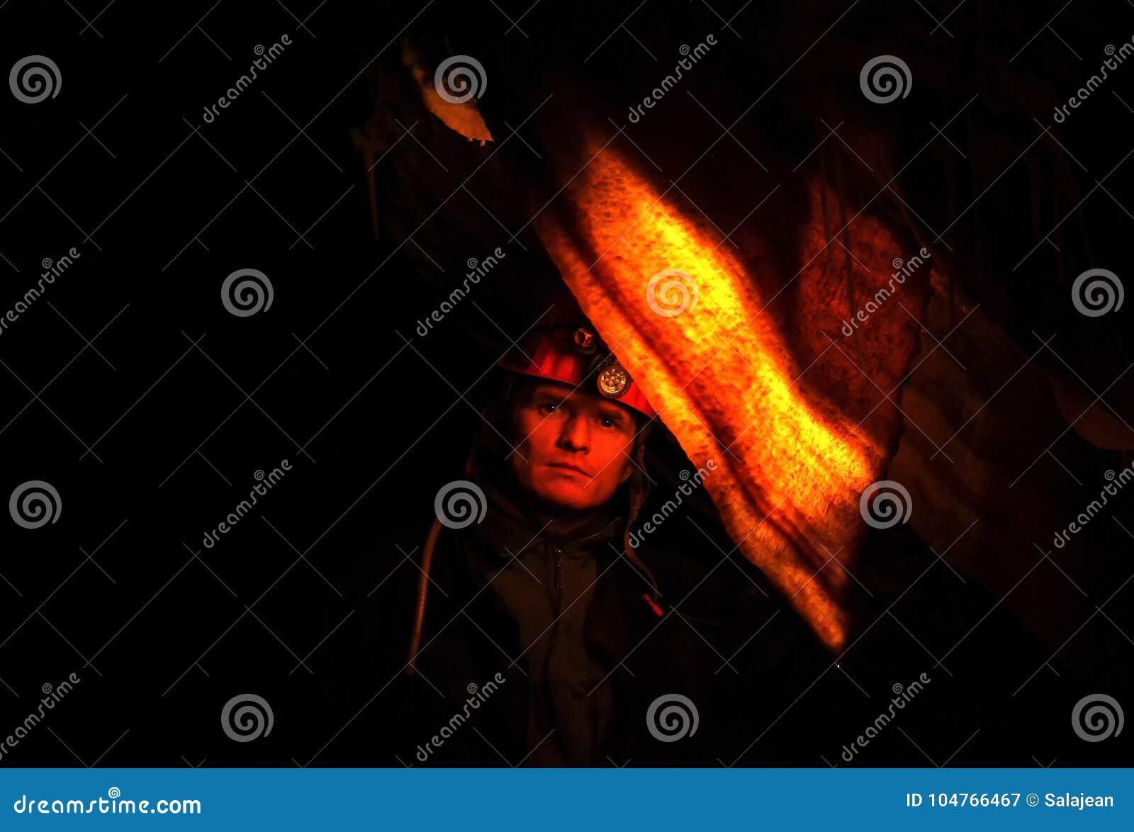 Spelunker zastanawia się w jamie
