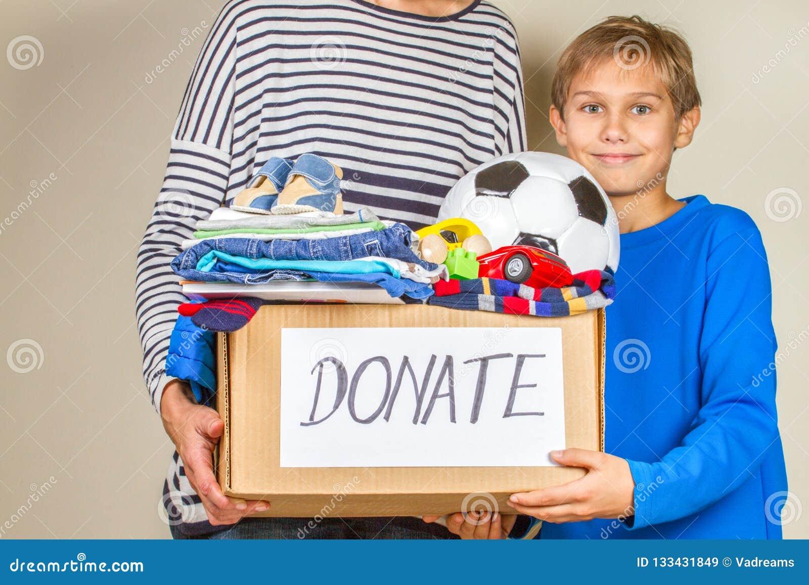 Spendenkonzept Spenden Sie Kasten mit Kleidung, Büchern und Spielwaren im Kind und in der Mutterhand