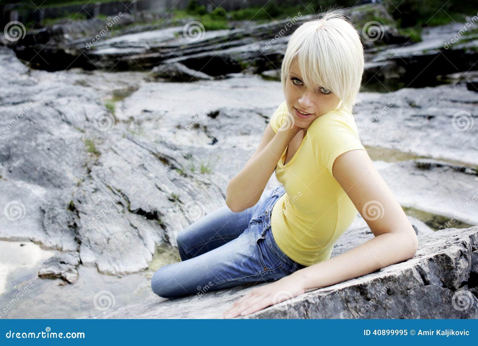 Spenslig härlig ung kvinna som kopplar av på en vagga