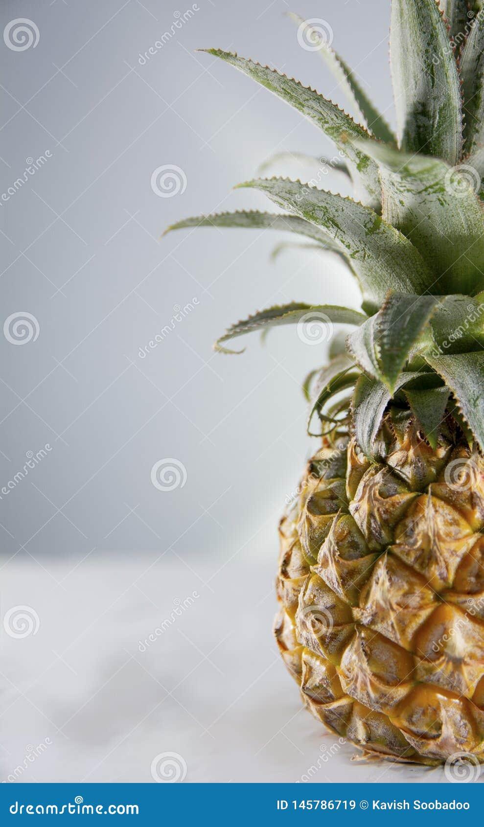 Spetsig ananas för halva