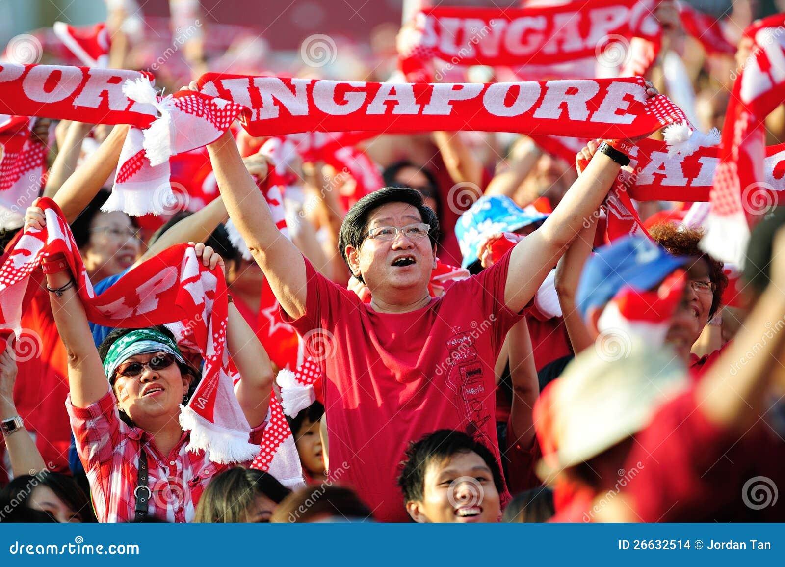 Spettatori che fluttuano le sciarpe di Singapore durante il NDP 201