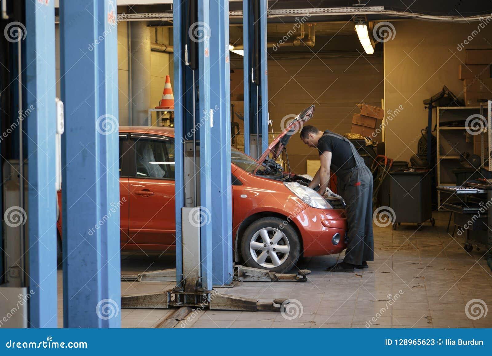 Spezialistenautomechaniker Im Autoservice, Kontrollen Das