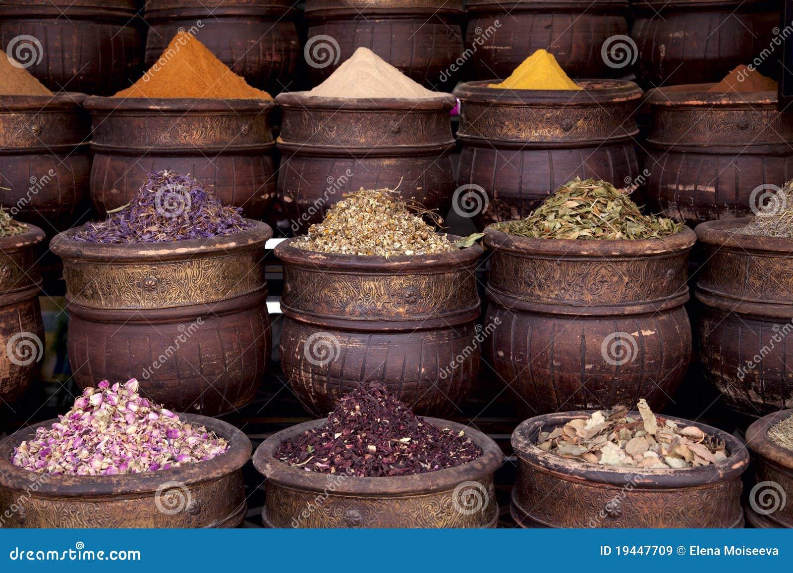 Spezie secche dei fiori delle erbe a Marrakesh