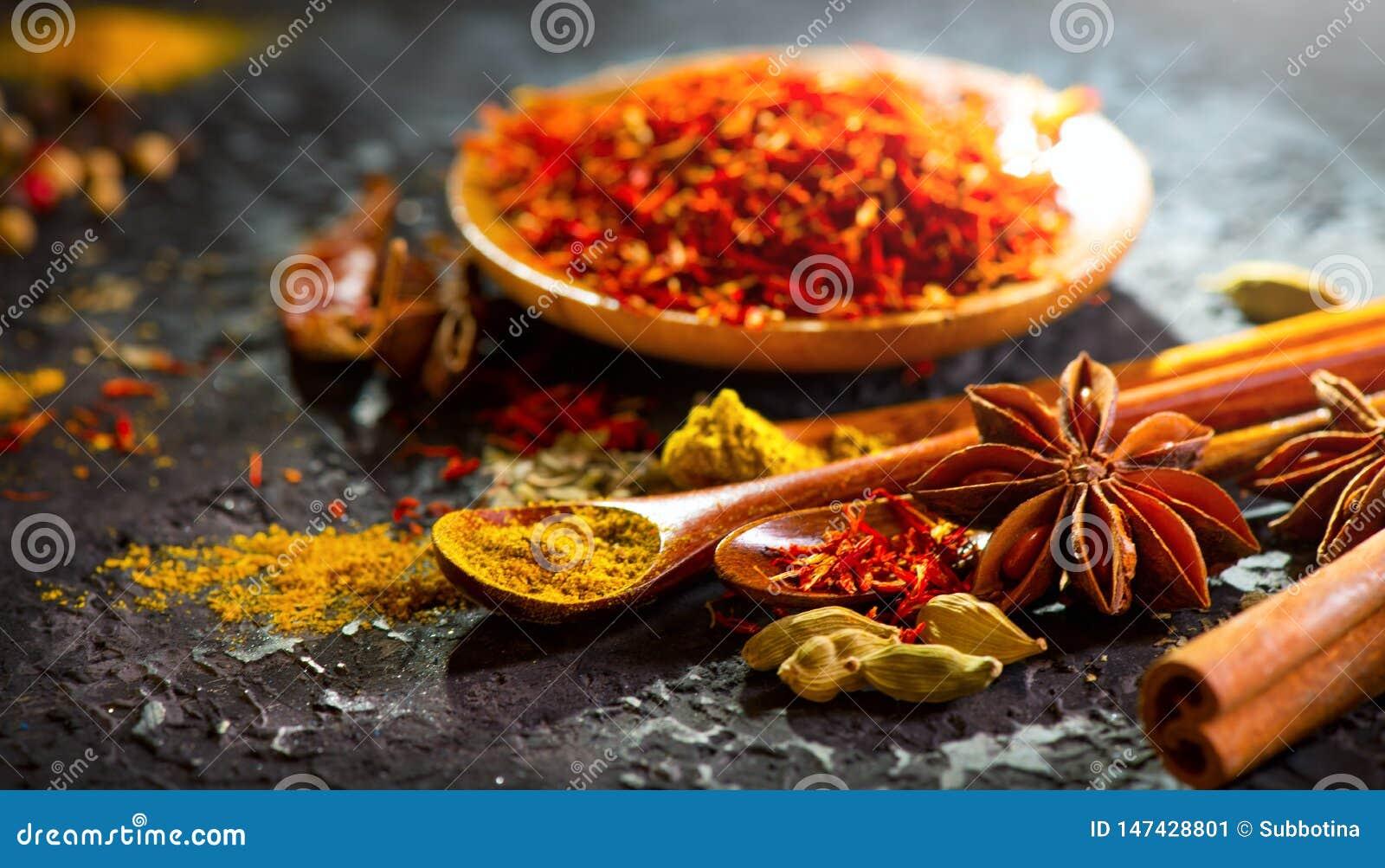 Spezie Varie spezie indiane sulla tavola di pietra nera Spezia ed erbe sul fondo dell ardesia Cottura degli ingredienti