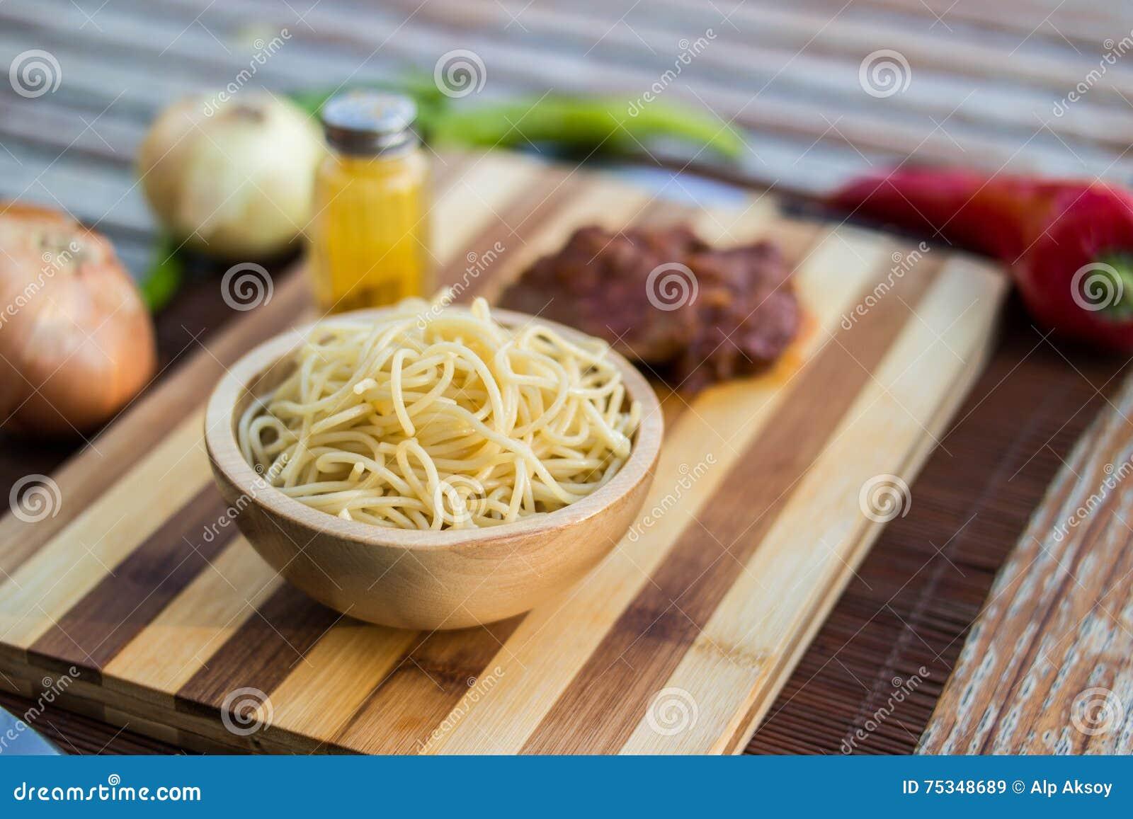 Sphagetti com carne e vegetais