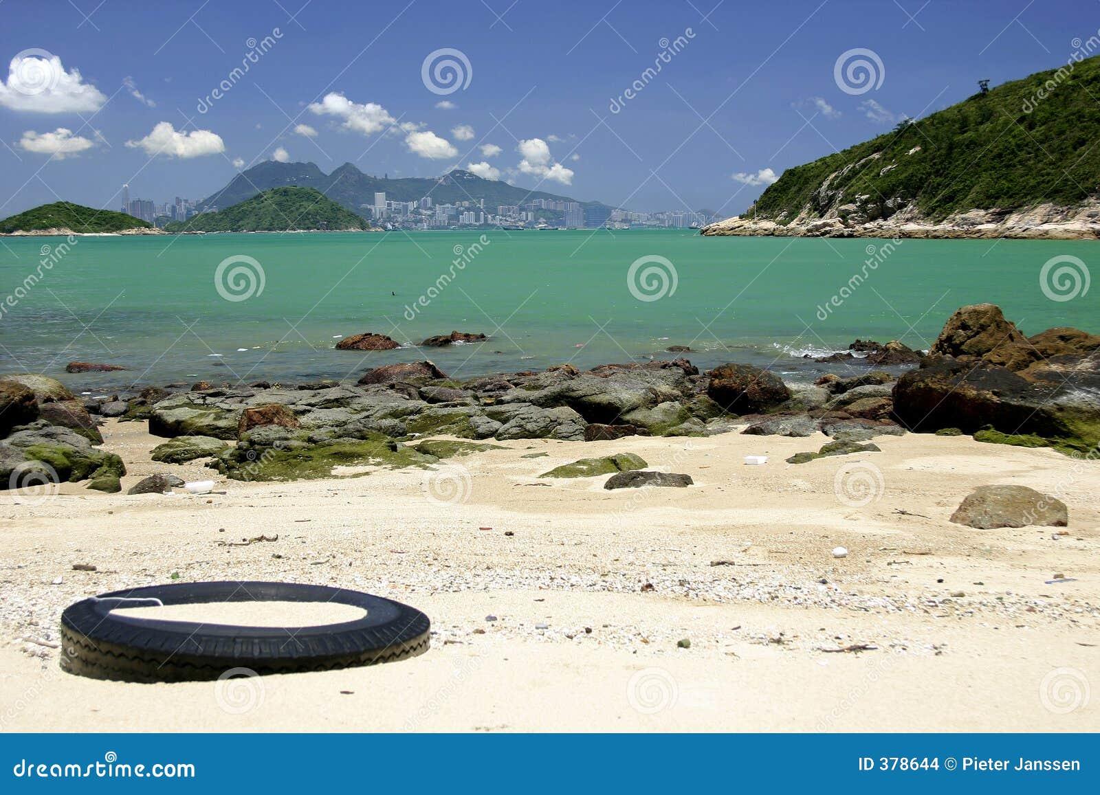 Spiaggia con l orizzonte di Hong Kong