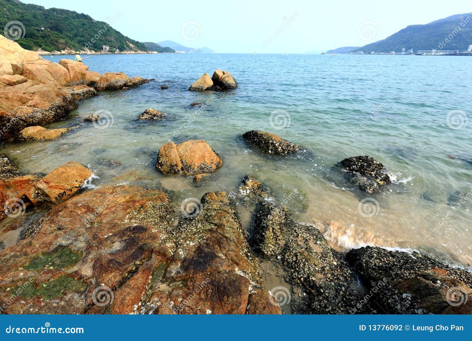 Spiaggia con la roccia
