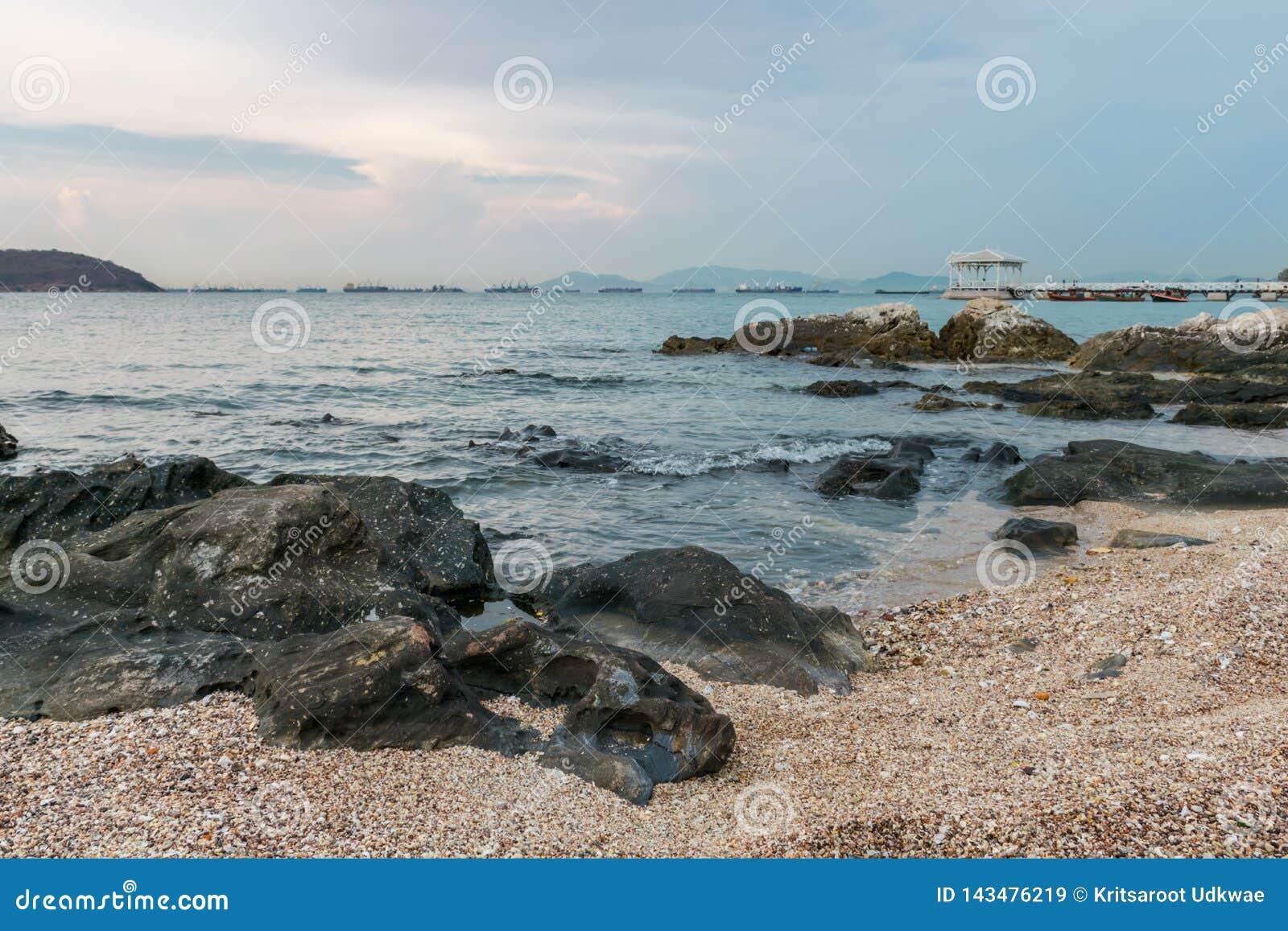 Spiaggia con molte rocce all isola di Sri-chung, Tailandia