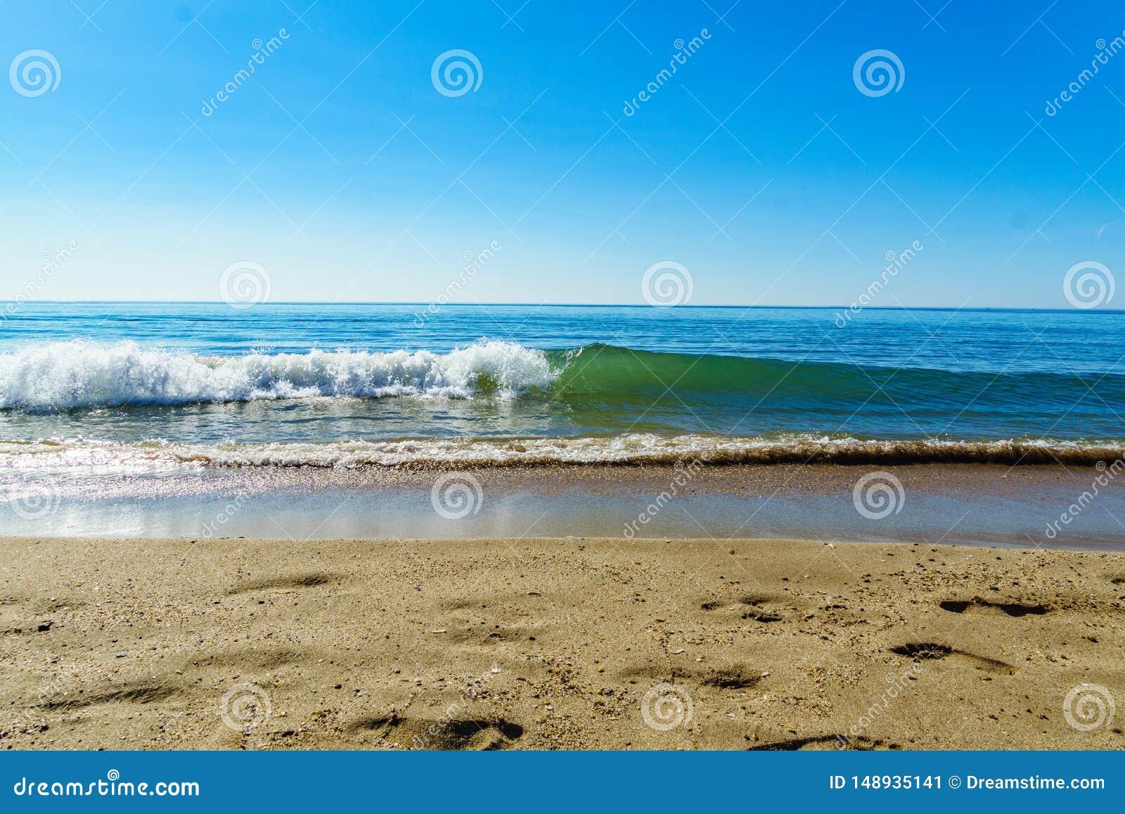 Spiaggia del colpo serignan e simmetrico dell onda