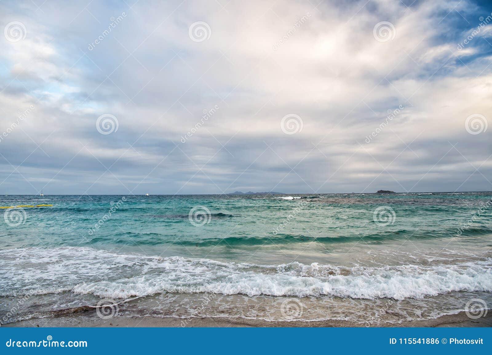 Spiaggia dell isola della st Maarten Spiaggia caraibica Mare caraibico Mare dell acqua blu Bella spiaggia caraibica Acqua blu w d
